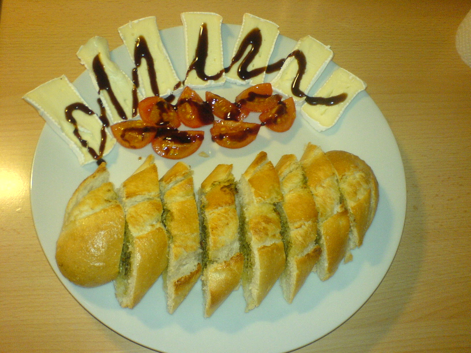 https://foodloader.net/Holz_2010-01-23_Kraeuterbaguette_mit_Camembert_und_Tomaten.jpg