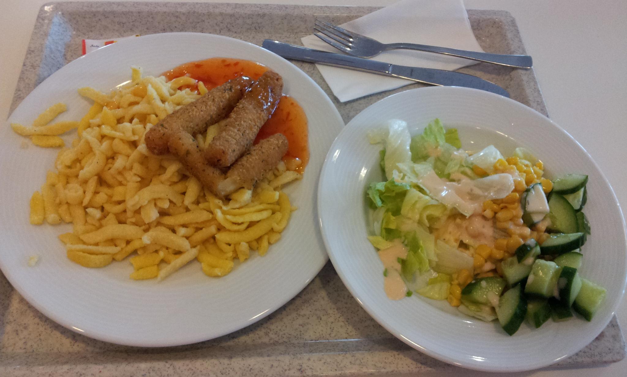 https://foodloader.net/Holz_2011-07-09_Spaetzle_mit_Mozzarella-Sticks_und_Salat.jpg