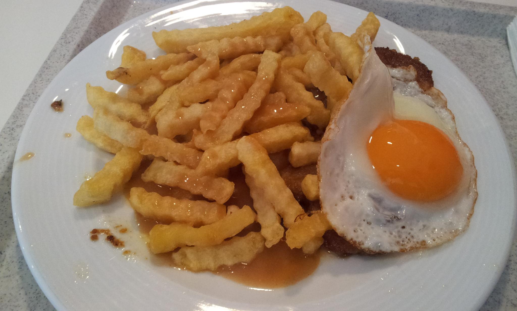 https://foodloader.net/Holz_2013-08-27_Schnitzel_mit_Spiegelei_und_Pommes.jpg