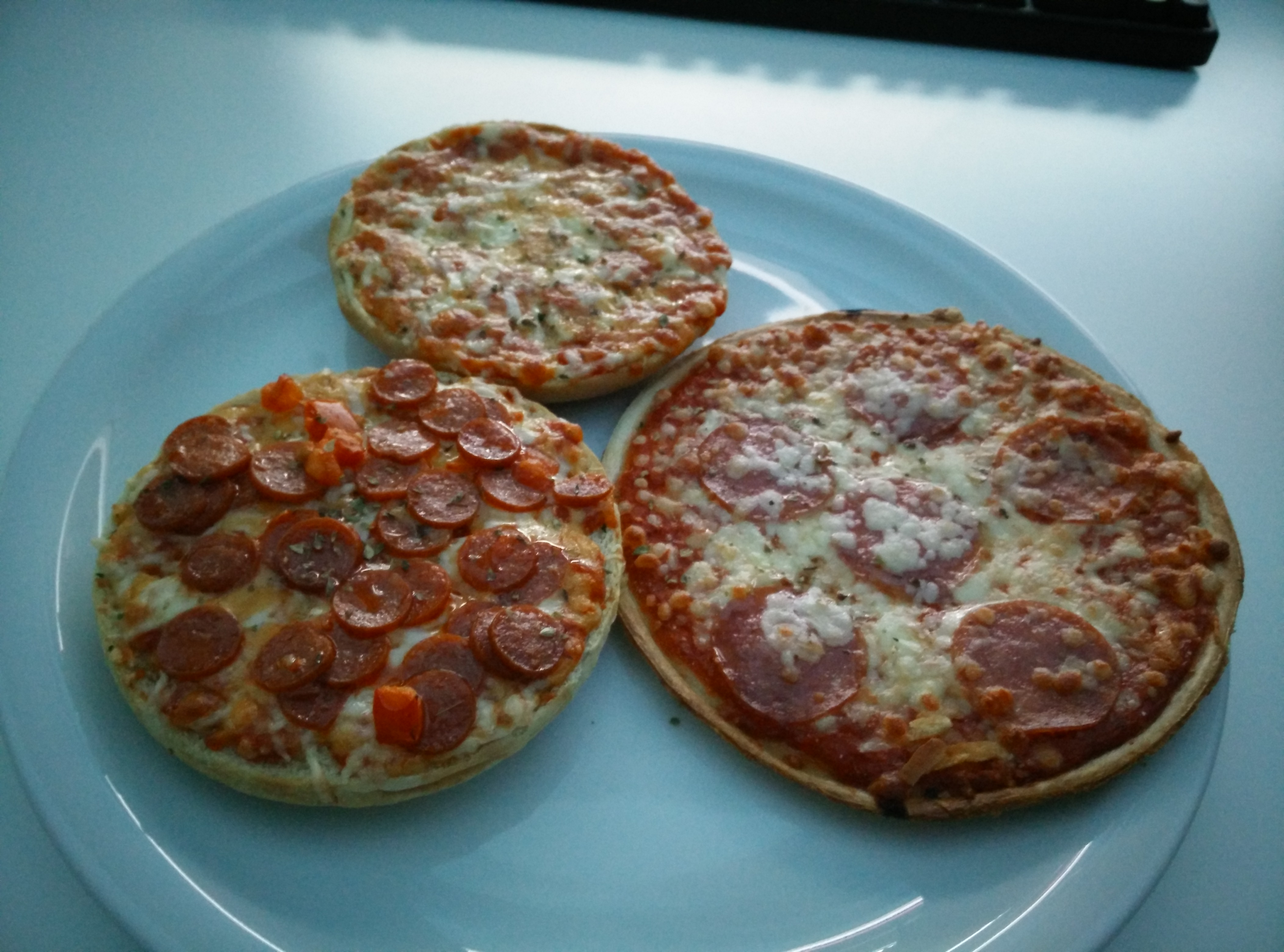 https://foodloader.net/Holz_2015-03-16_Pizzaburger_und_Pizza.jpg