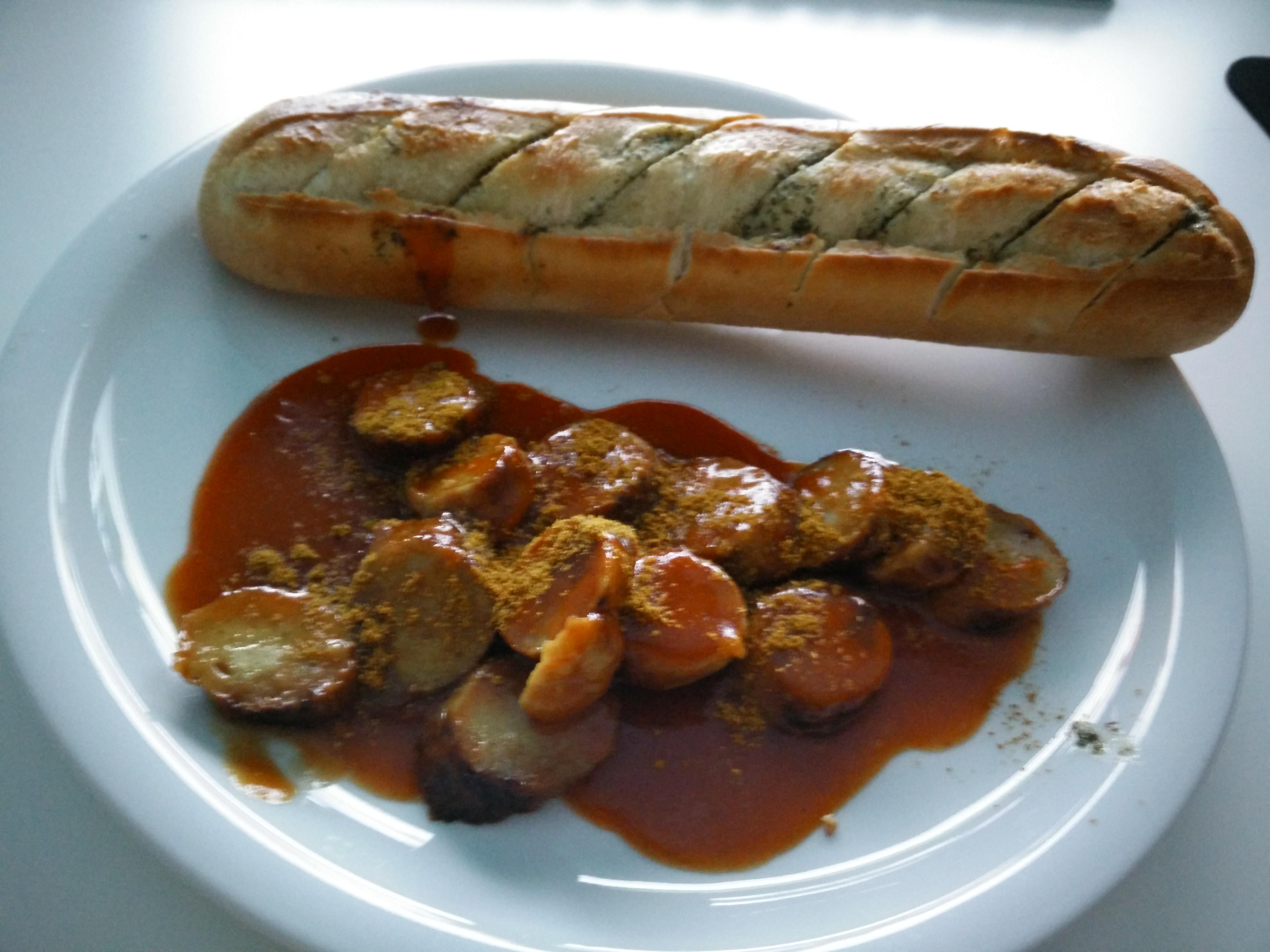 https://foodloader.net/Holz_2015-08-20_Muehlen_Currywurst_gegrillt_mit_Kraeuterbaguette.jpg