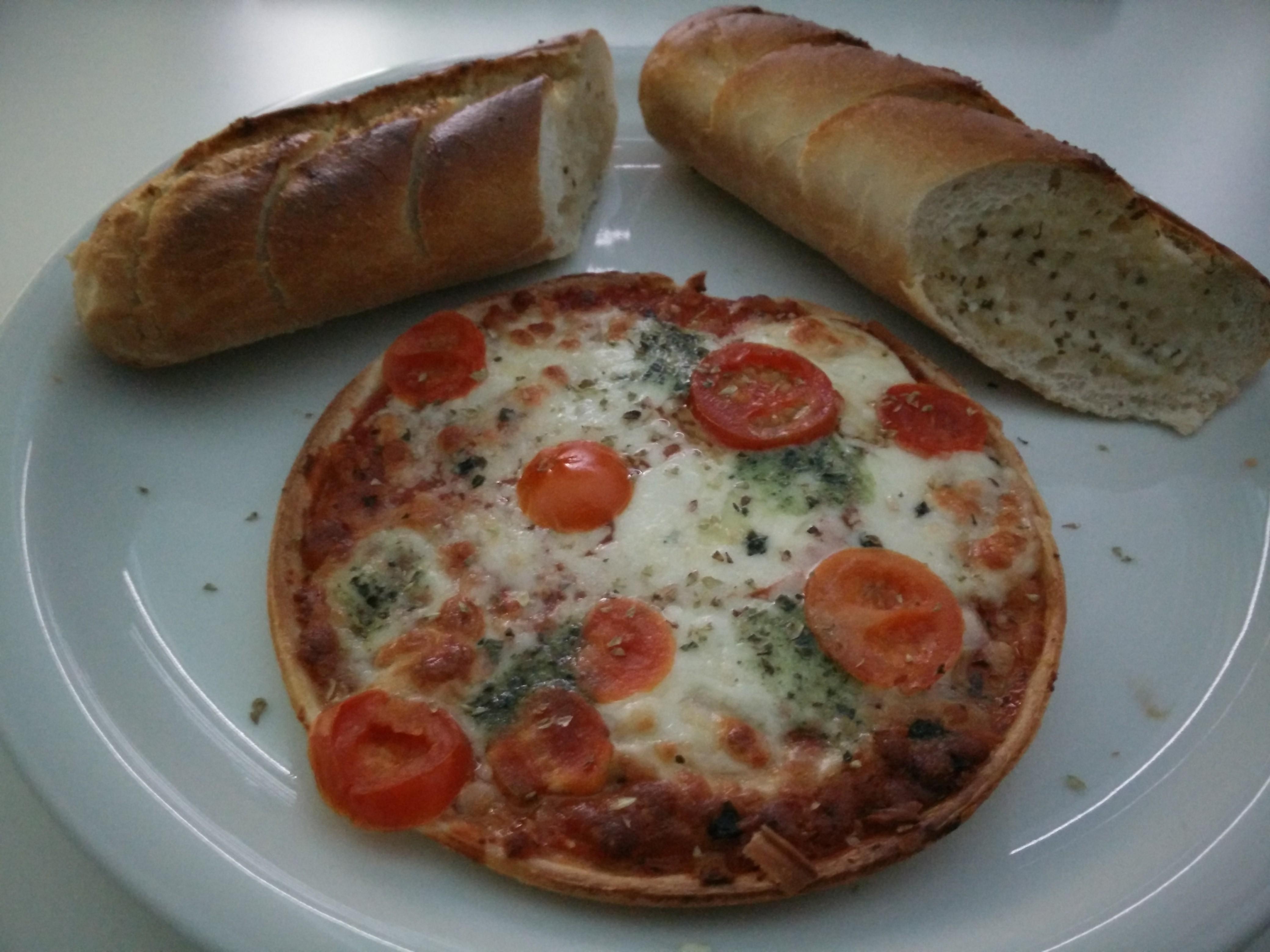 https://foodloader.net/Holz_2016-02-07_Pizza_und_Knoblauchbaguette.jpg