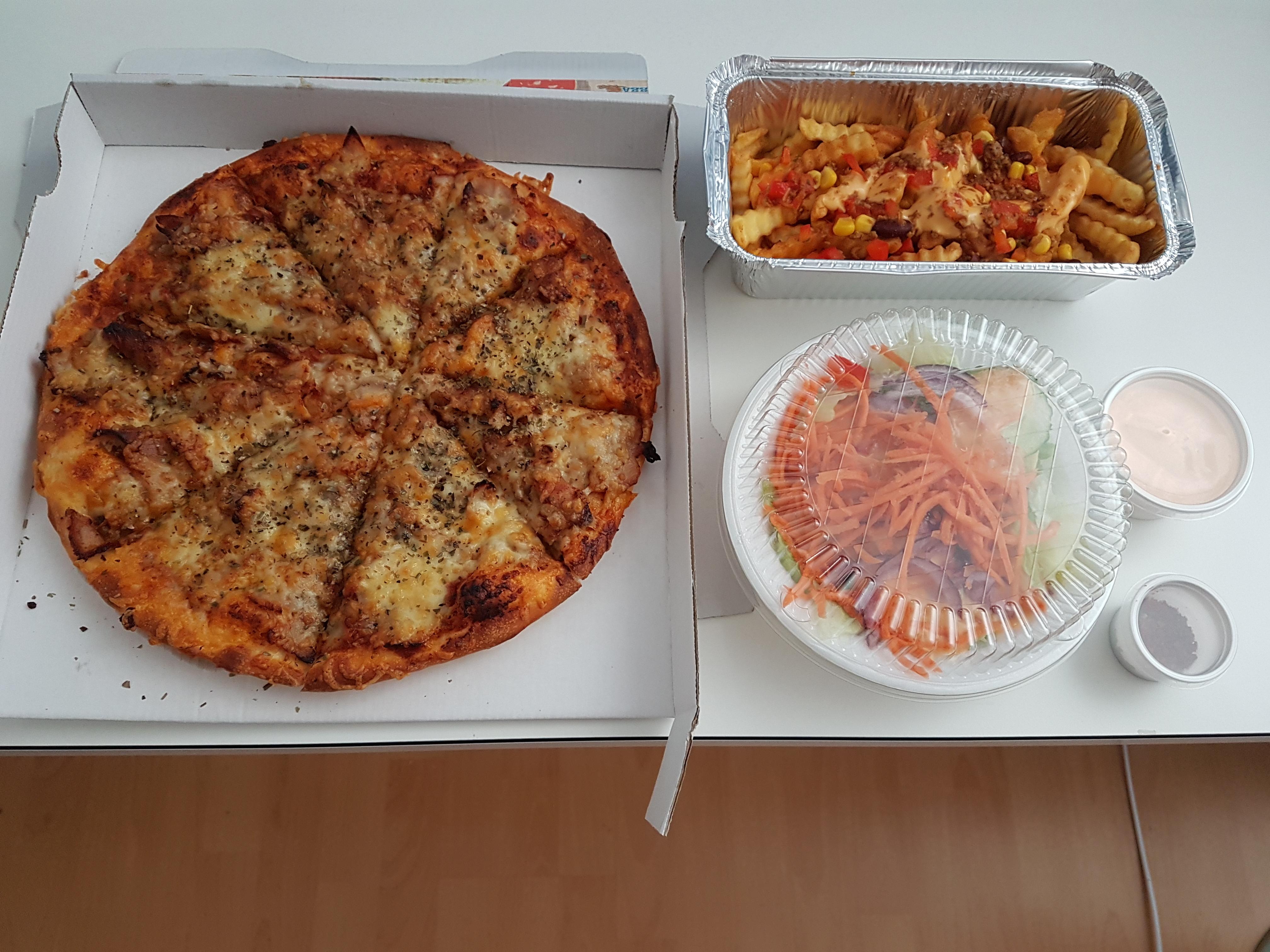 http://foodloader.net/Holz_2017-06-11_Pizza_Doener_mit_Chilli_Cheese_Pommes_und_Beilagensalat.jpg