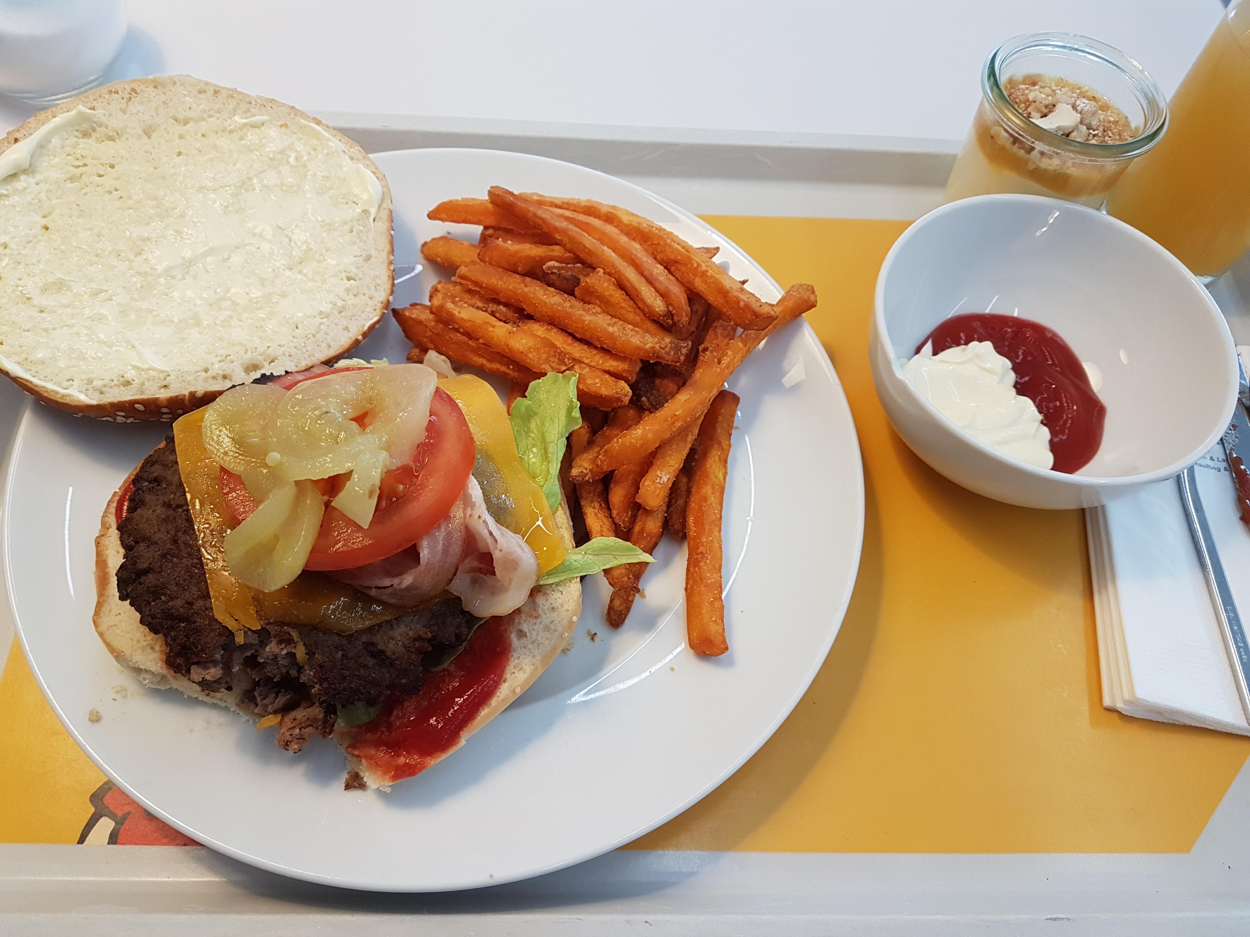 http://foodloader.net/Holz_2017-10-26_Burger_mit_Suesskartoffelpommes.jpg