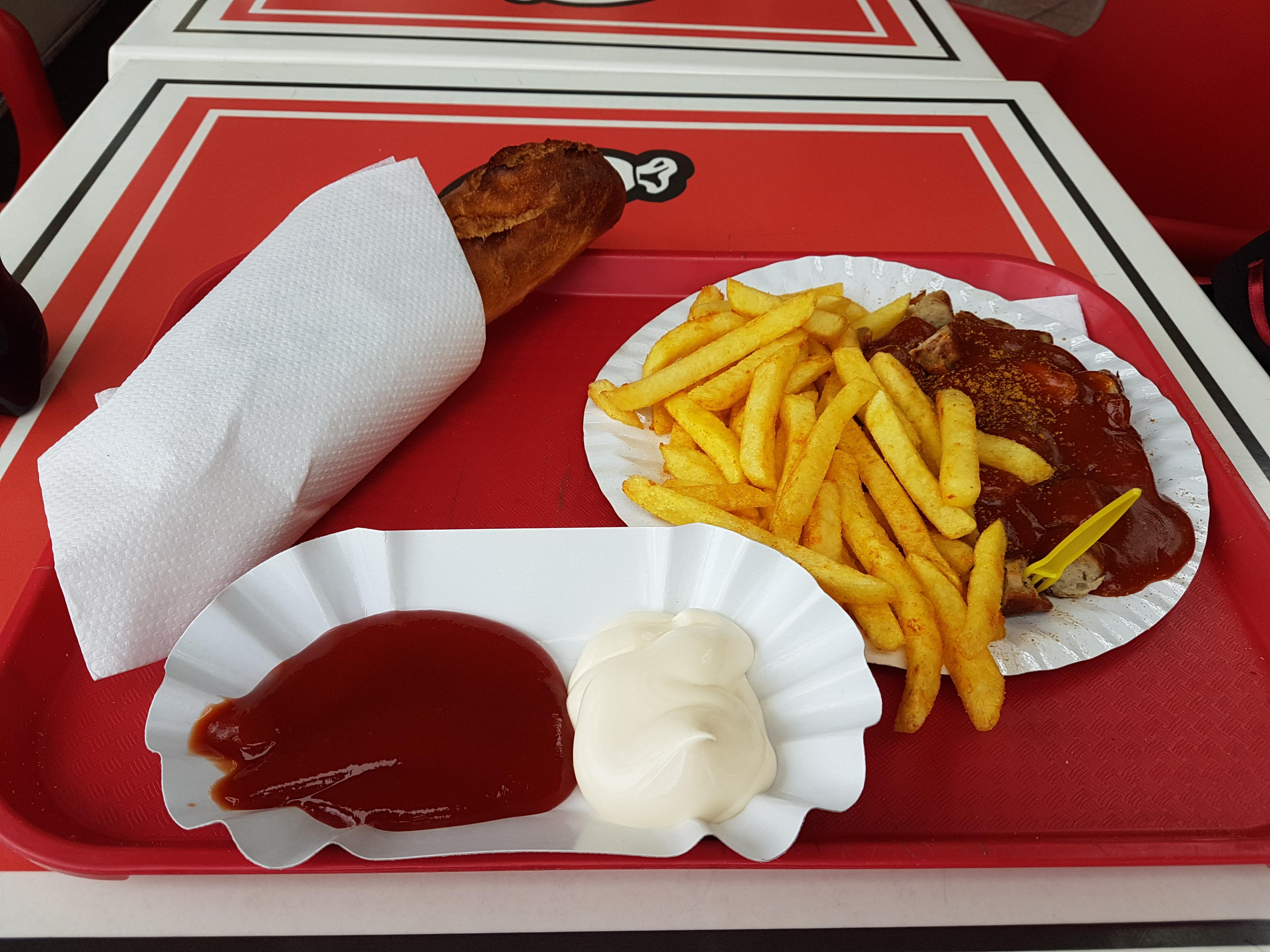 https://foodloader.net/Holz_2017-11-08_Currywurst_mit_Pommes.jpg