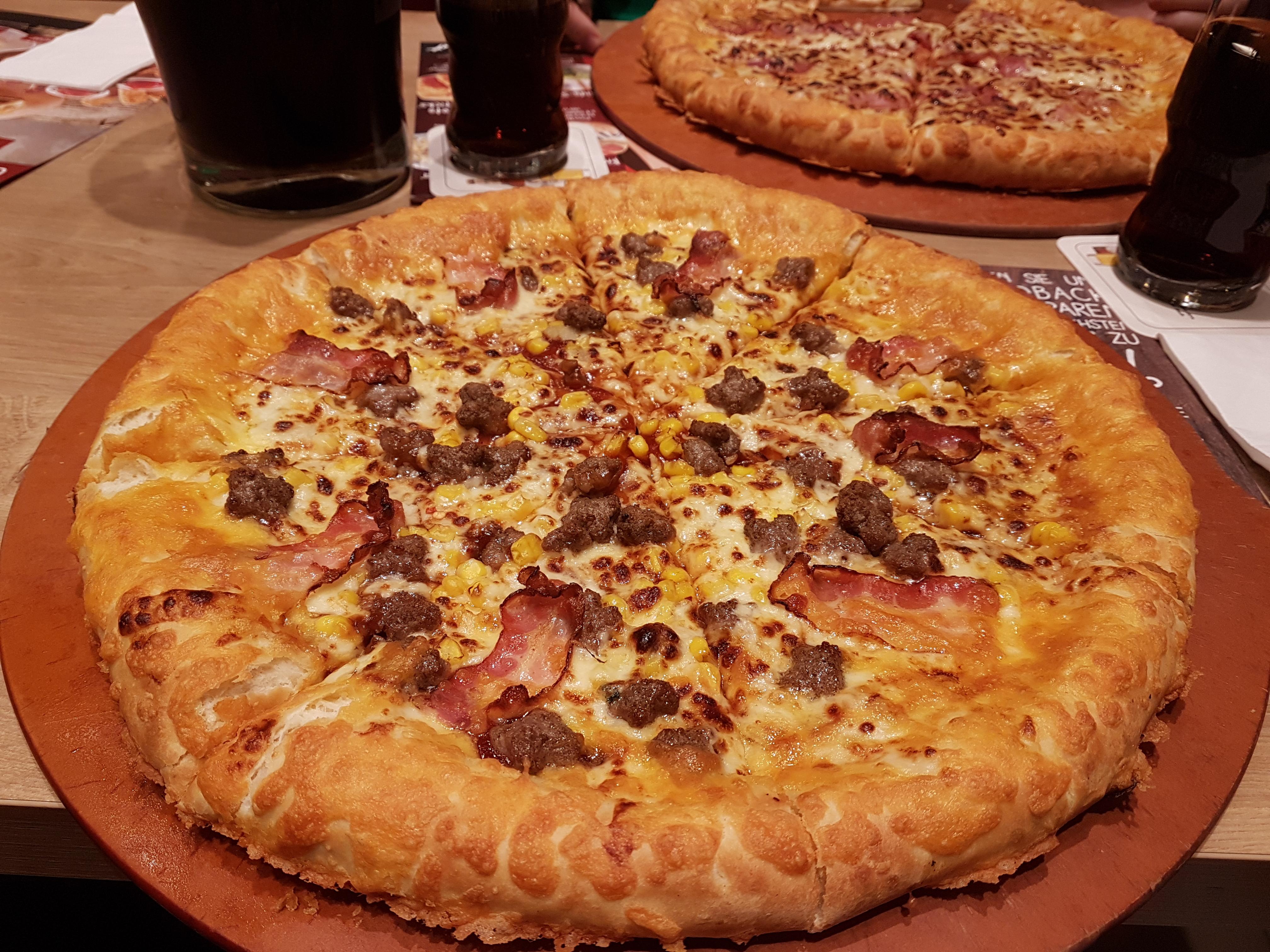 https://foodloader.net/Holz_2017-11-09_Pizza_Hut_Golden_Cheesy_Crust_BBQ_Lovers.jpg