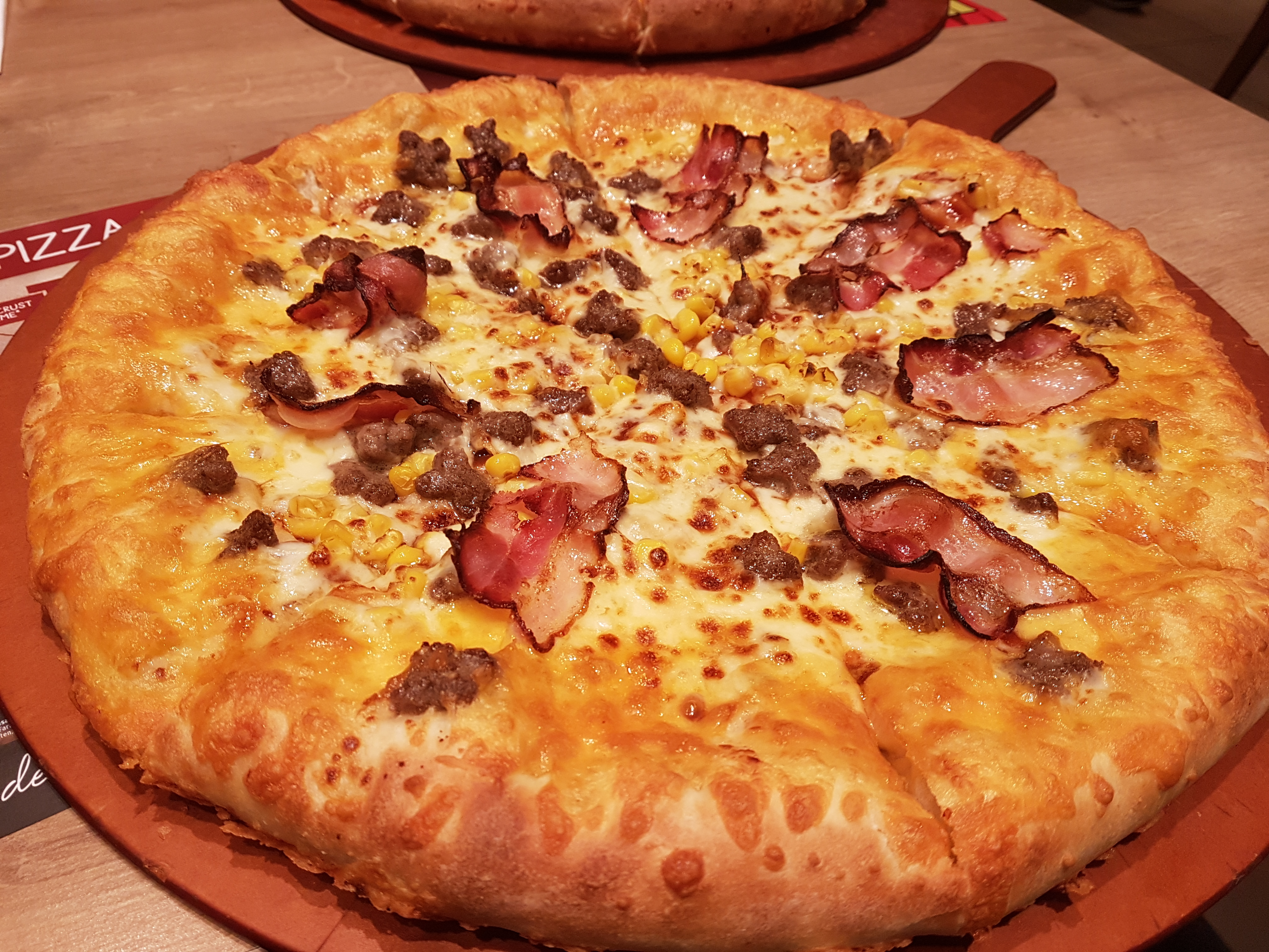 Holz • 2017-11-30 • Pizza Hut Golden Cheesy Crust BBQ Lovers