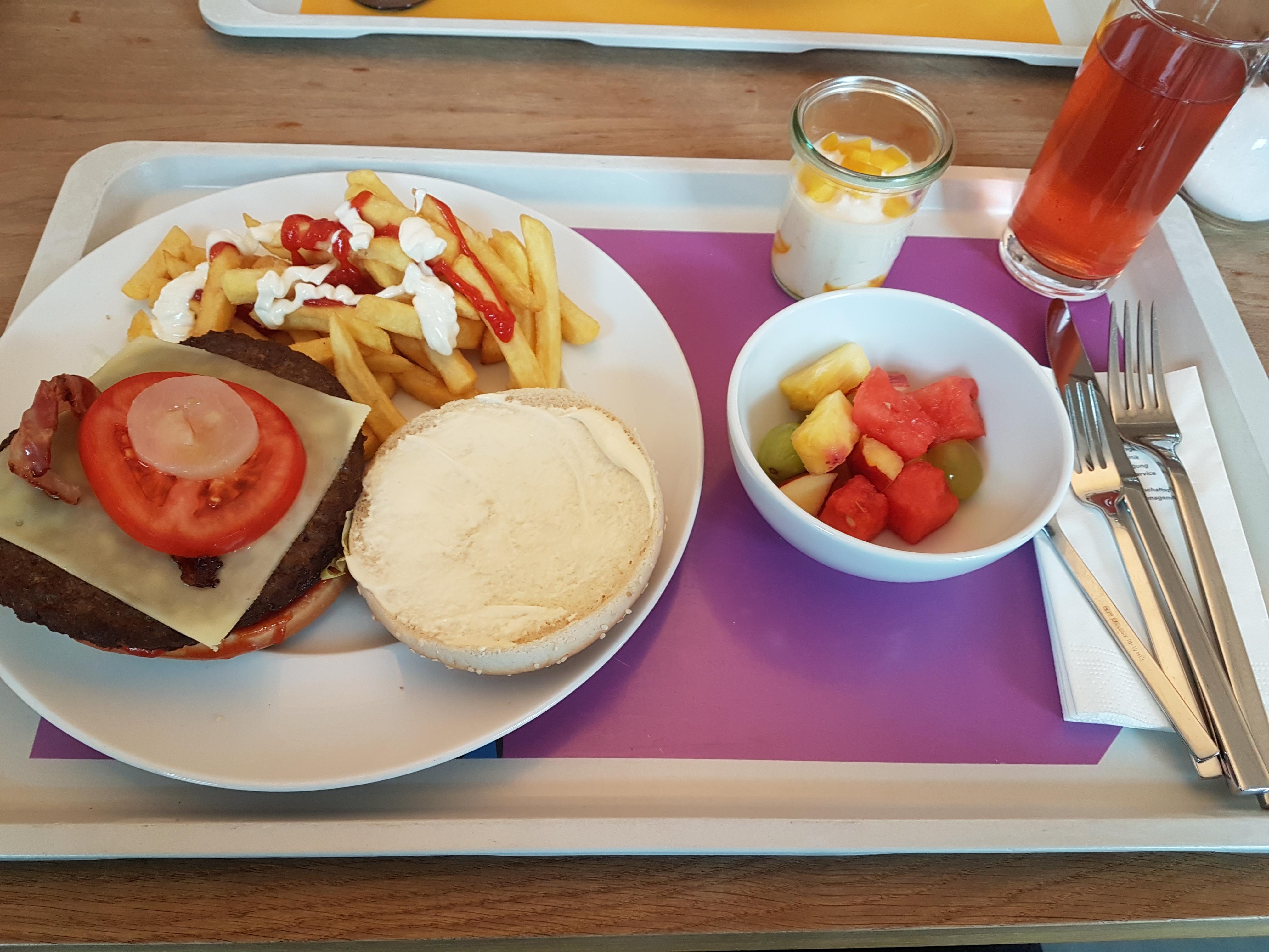 http://foodloader.net/Holz_2018-01-31_Burger_mit_Pommes.jpg