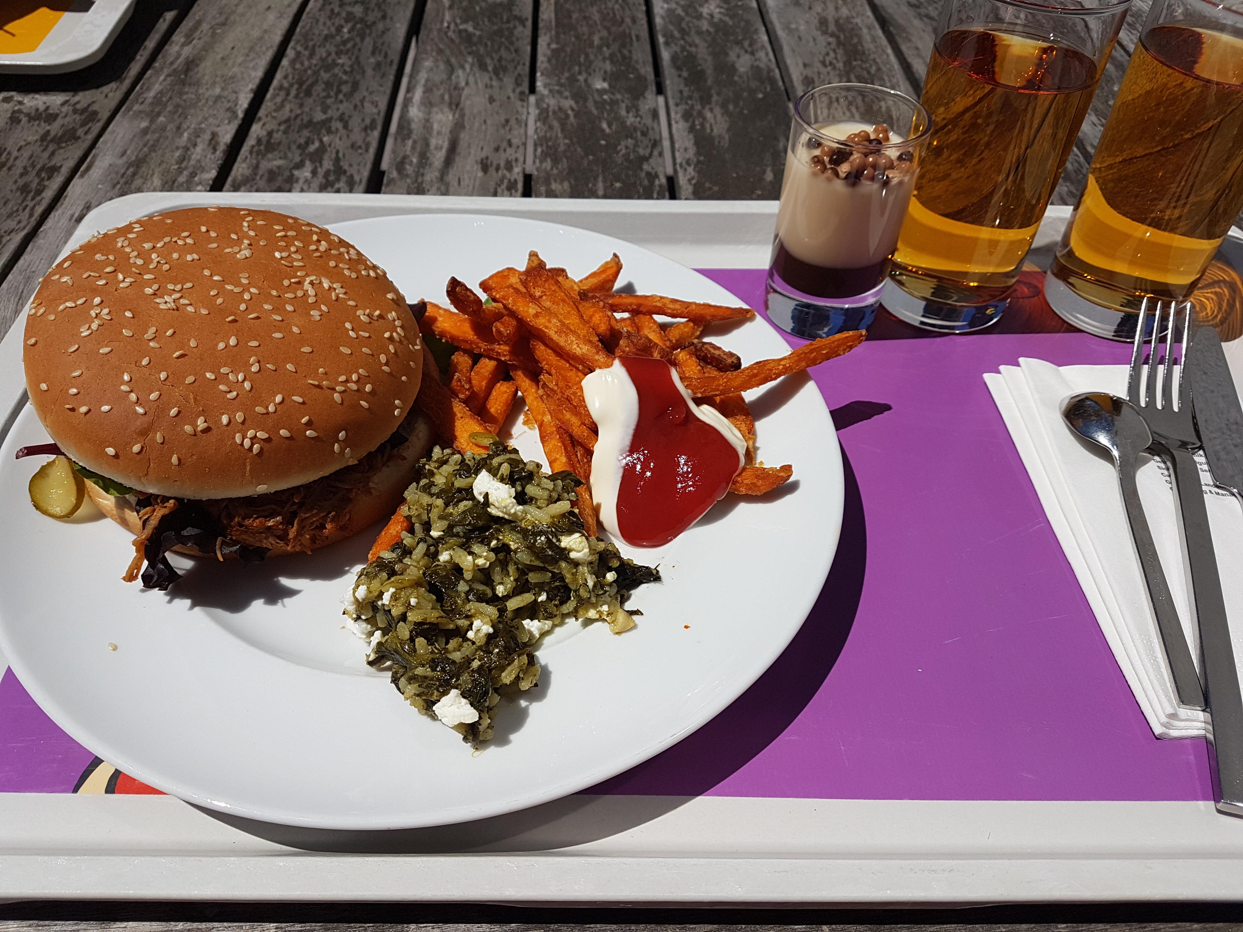 http://foodloader.net/Holz_2018-06-27_Pulled_Turkey_Burger_mit_Suesskartoffelpommes.jpg