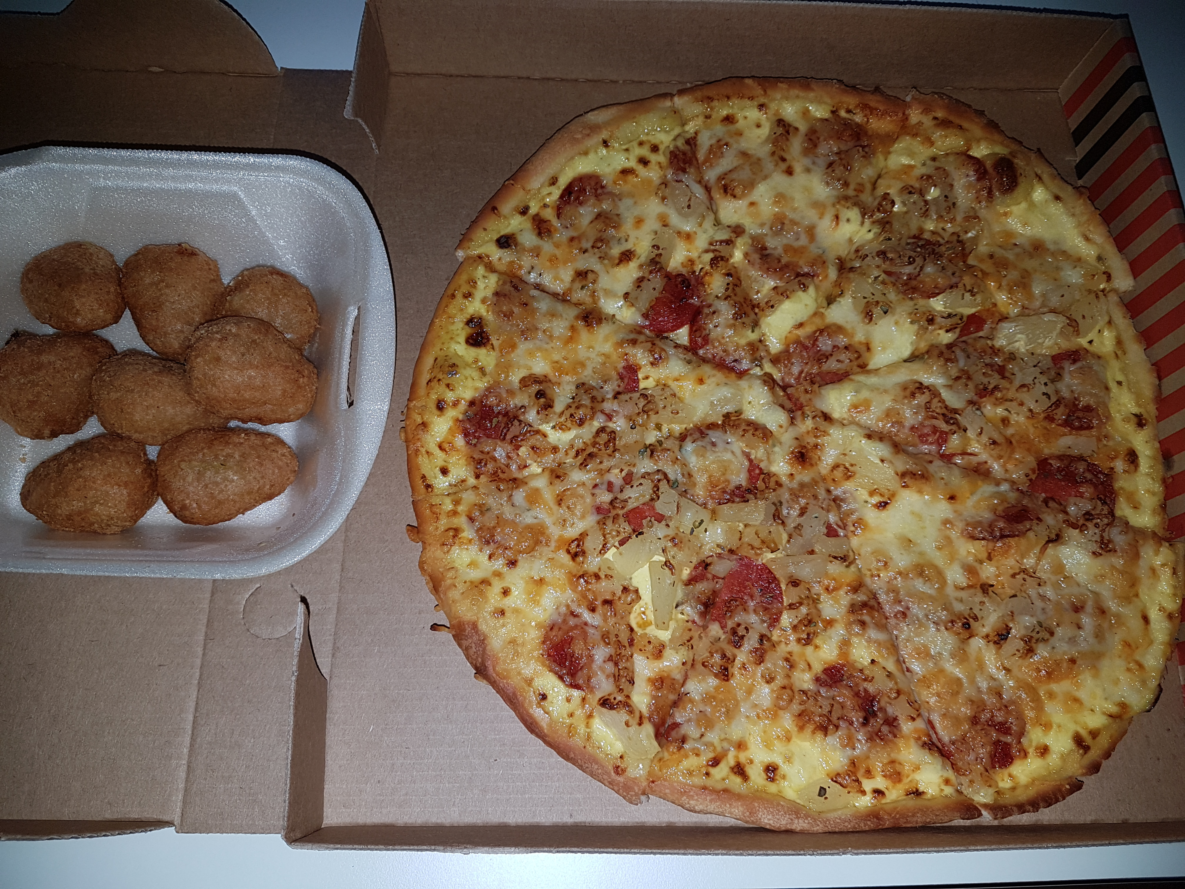 http://foodloader.net/Holz_2018-09-09_Pizza_und_Chili_Cheese_Nuggets.jpg