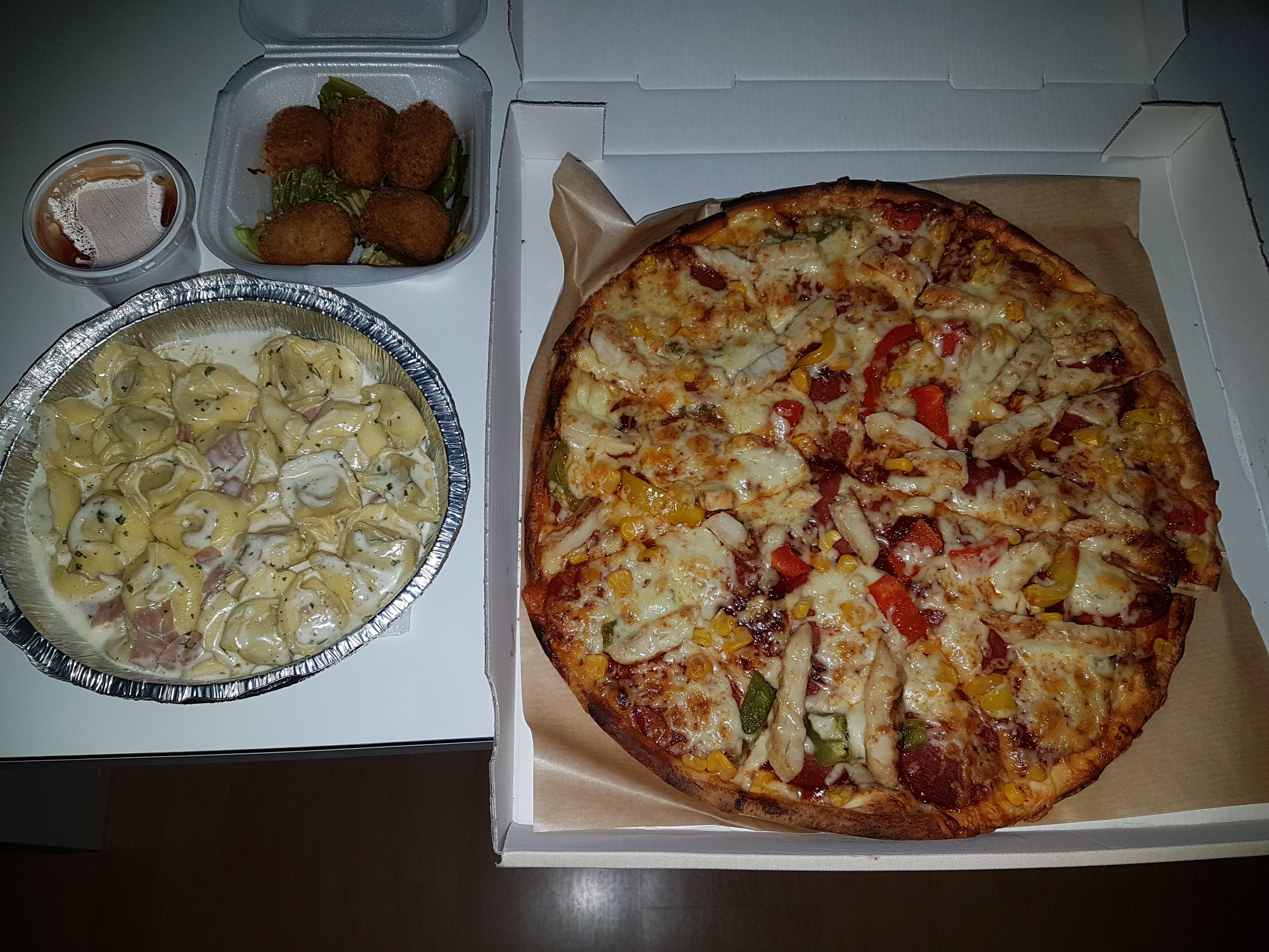 https://foodloader.net/Holz_2018-09-28_Pizza_und_Tortellini.jpg