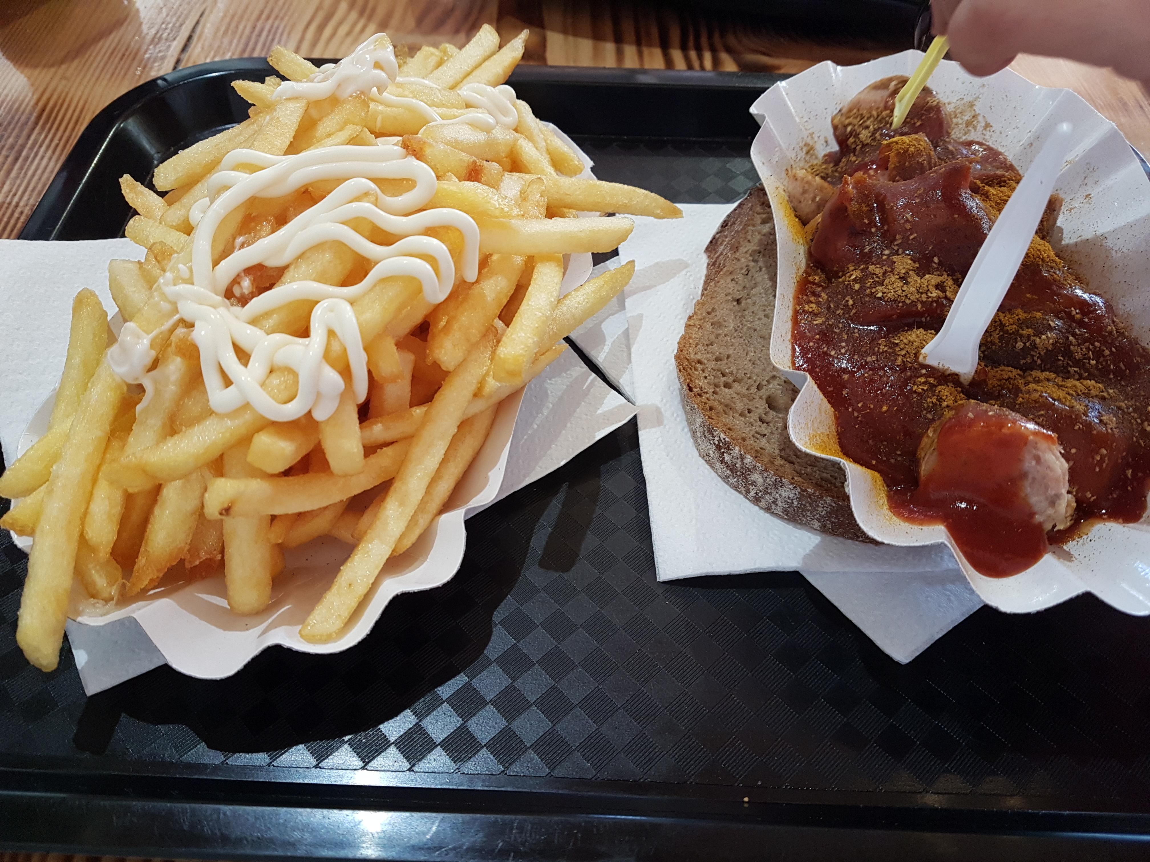 https://foodloader.net/Holz_2018-11-25_Currywurst_und_Pommes.jpg
