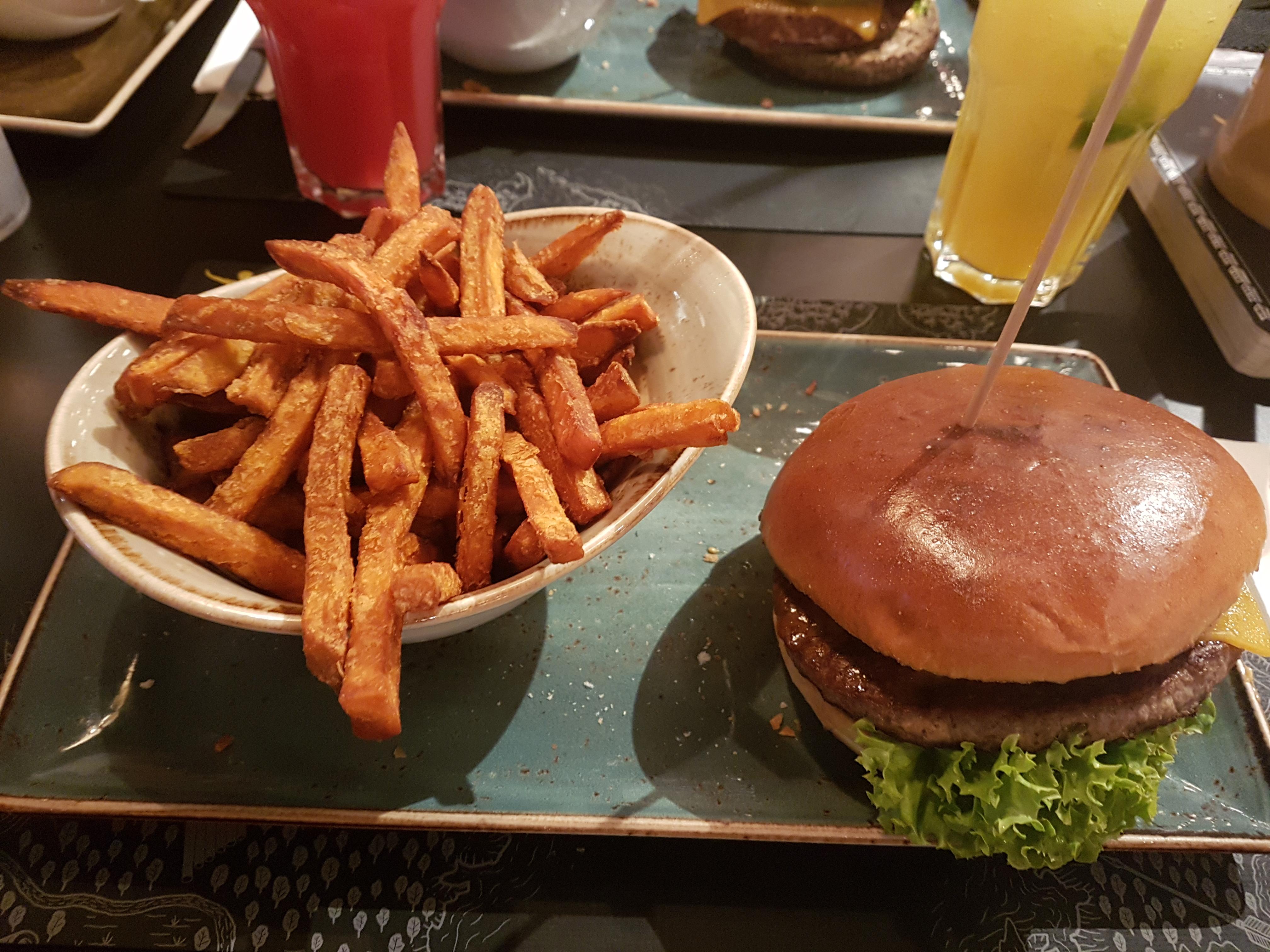 https://foodloader.net/Holz_2019-06-01_Burger_mit_Pommes.jpg