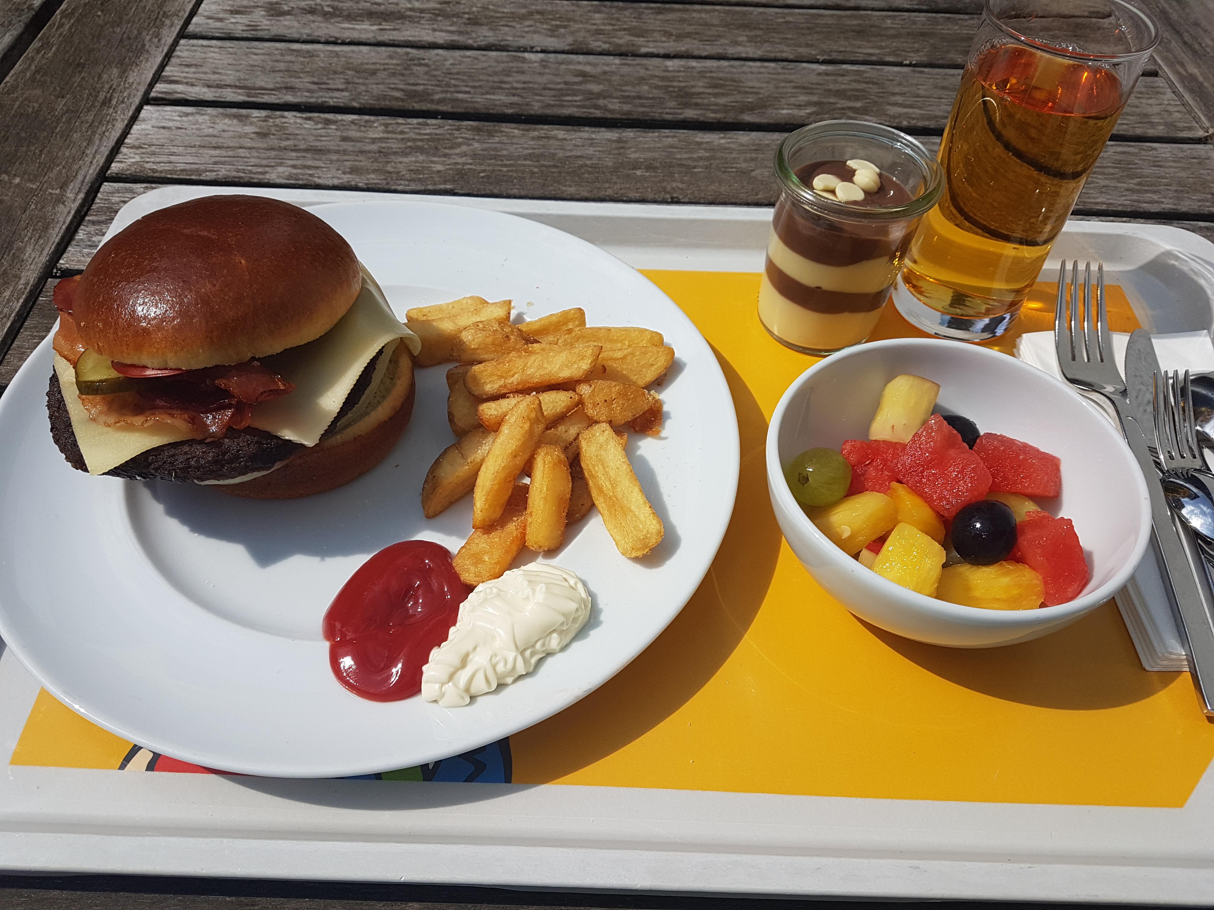 https://foodloader.net/Holz_2019-08-28_Burger_mit_Pommes.jpg