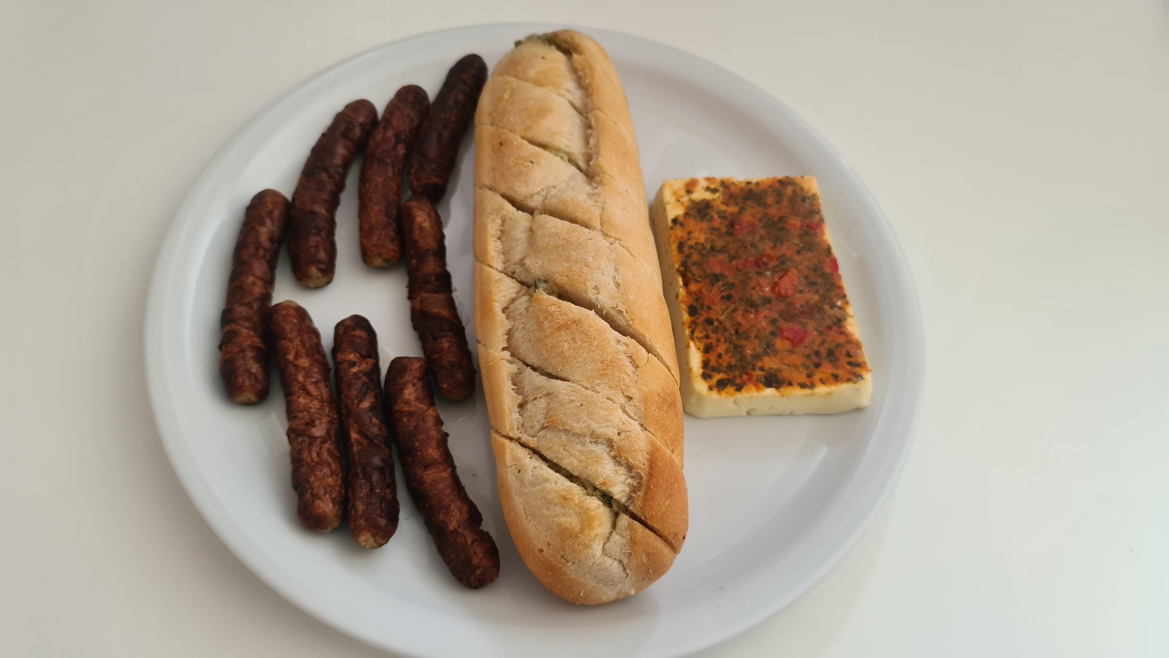 https://foodloader.net/Holz_2020-05-01_Nuernberger_mit_Feta_und_Knoblauchbaguette.jpg