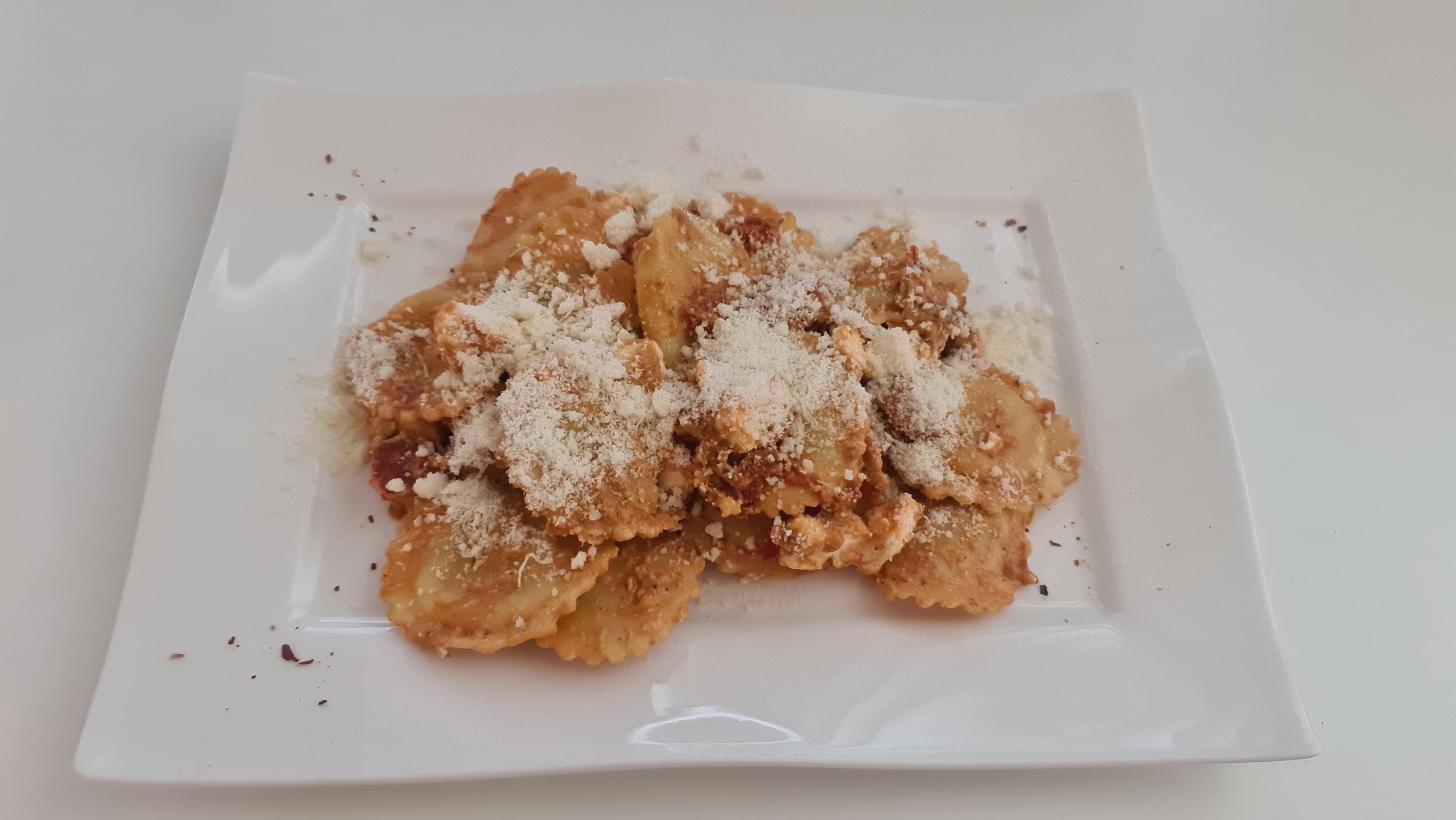 https://foodloader.net/Holz_2020-07-24_Trueffel-Ricotta-Tortellini_mit_Chorizo_und_Feta.jpg