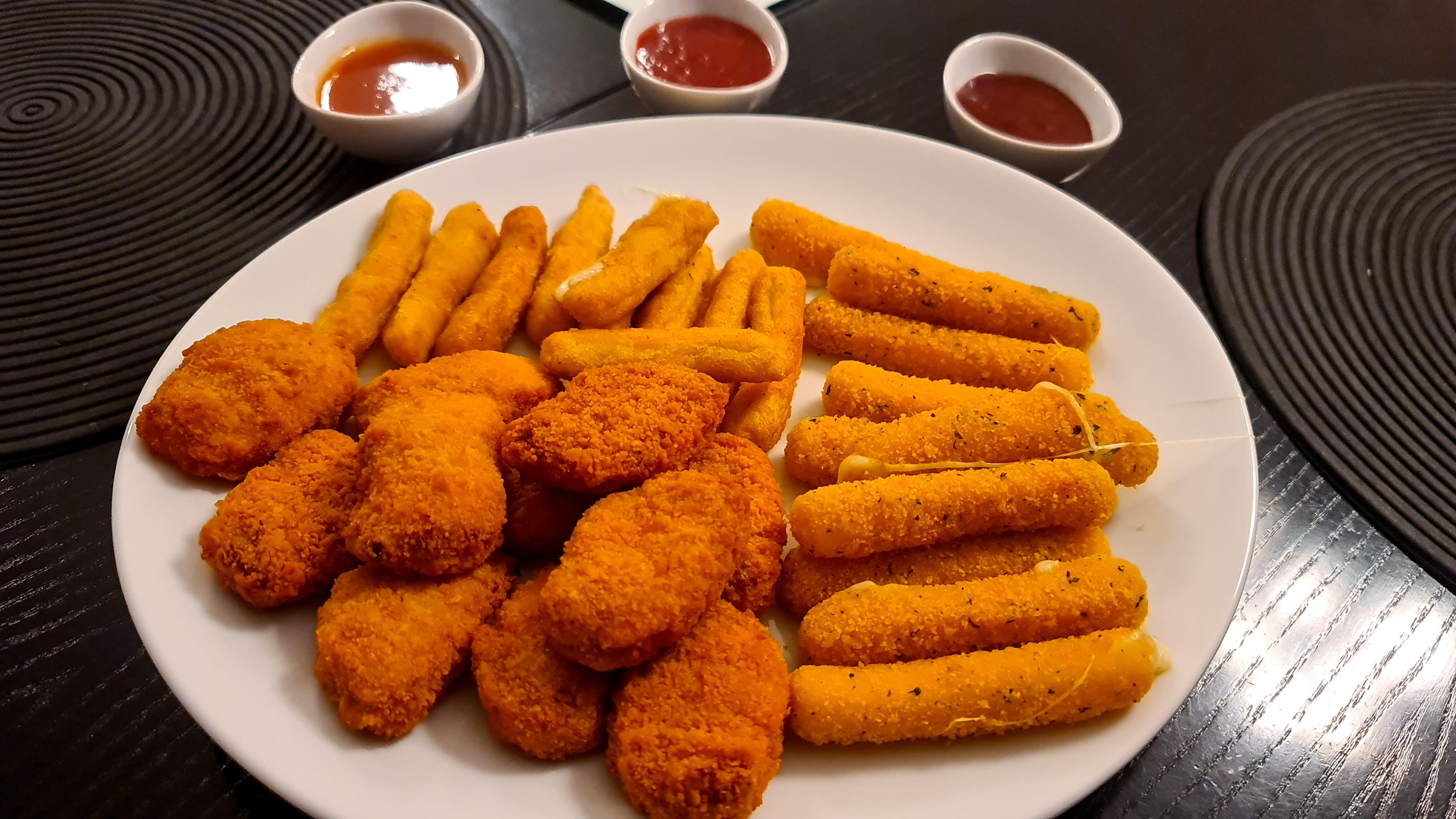 https://foodloader.net/Holz_2020-11-06_Mozzarella_Sticks_und_Chicken_Sticks_und_Pulled_Pork_Nuggets.jpg