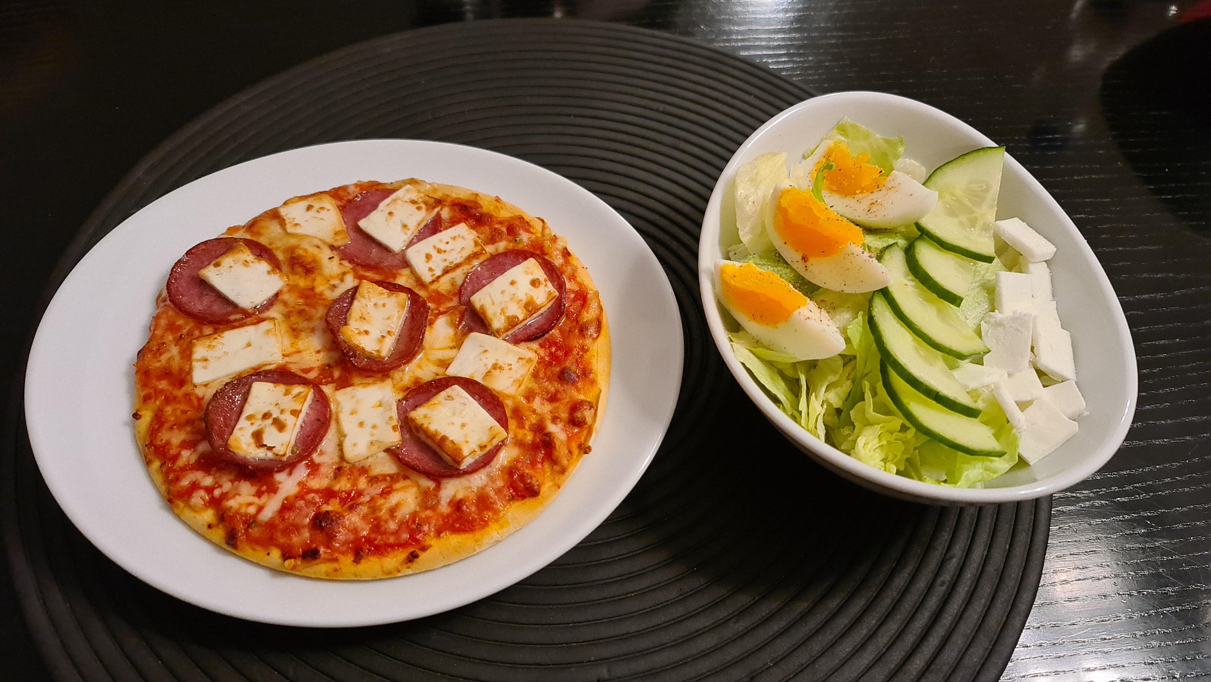 https://foodloader.net/Holz_2020-12-29_Mini-Pizza_1_und_Salat_1.jpg