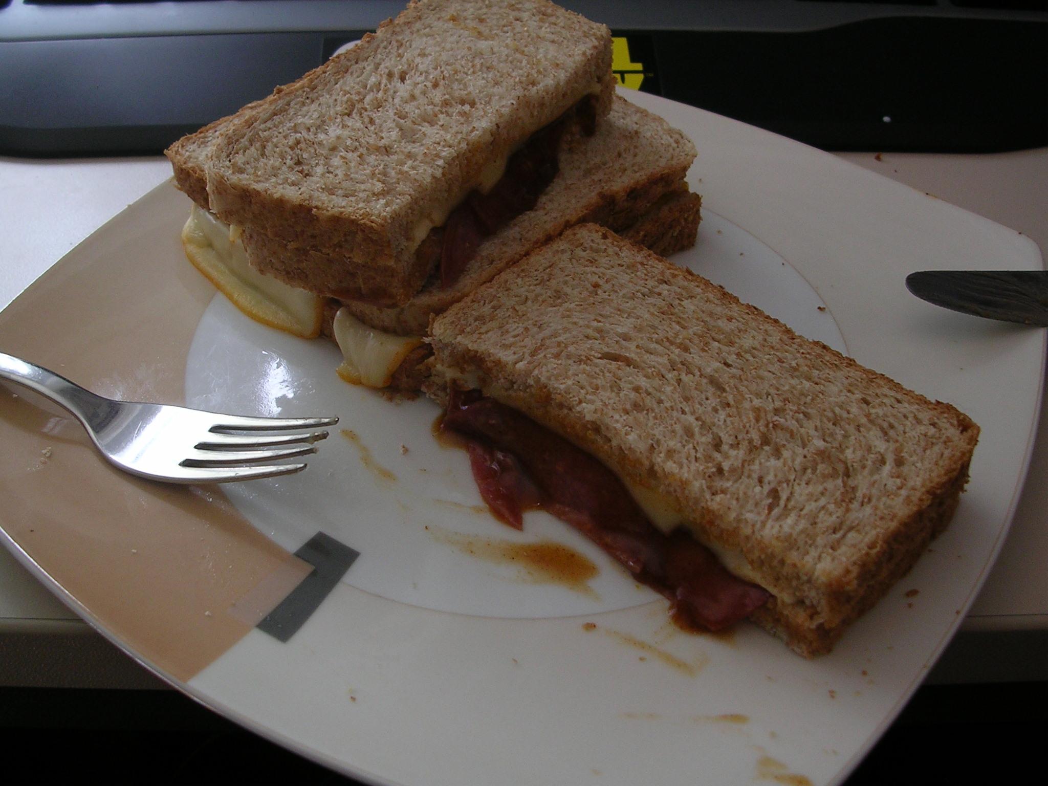 https://foodloader.net/Numb_2010-08-20_toastbrotgewerks_mit_salami.jpg