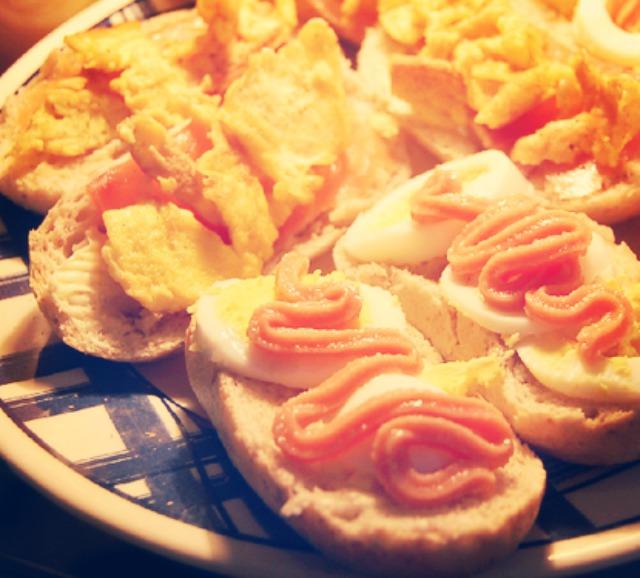 http://foodloader.net/annie_2012-02-26_omelette_kaviar_salmon_boiled_eggs.jpg