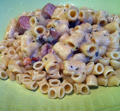 https://foodloader.net/annie_2012-03-07_pasta_bacon_macaroni_sausages_2.jpg