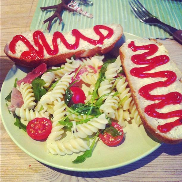 https://foodloader.net/annie_2012-05-17_Bread__jam__salat__tomatoes__dry-cured_ham.jpg