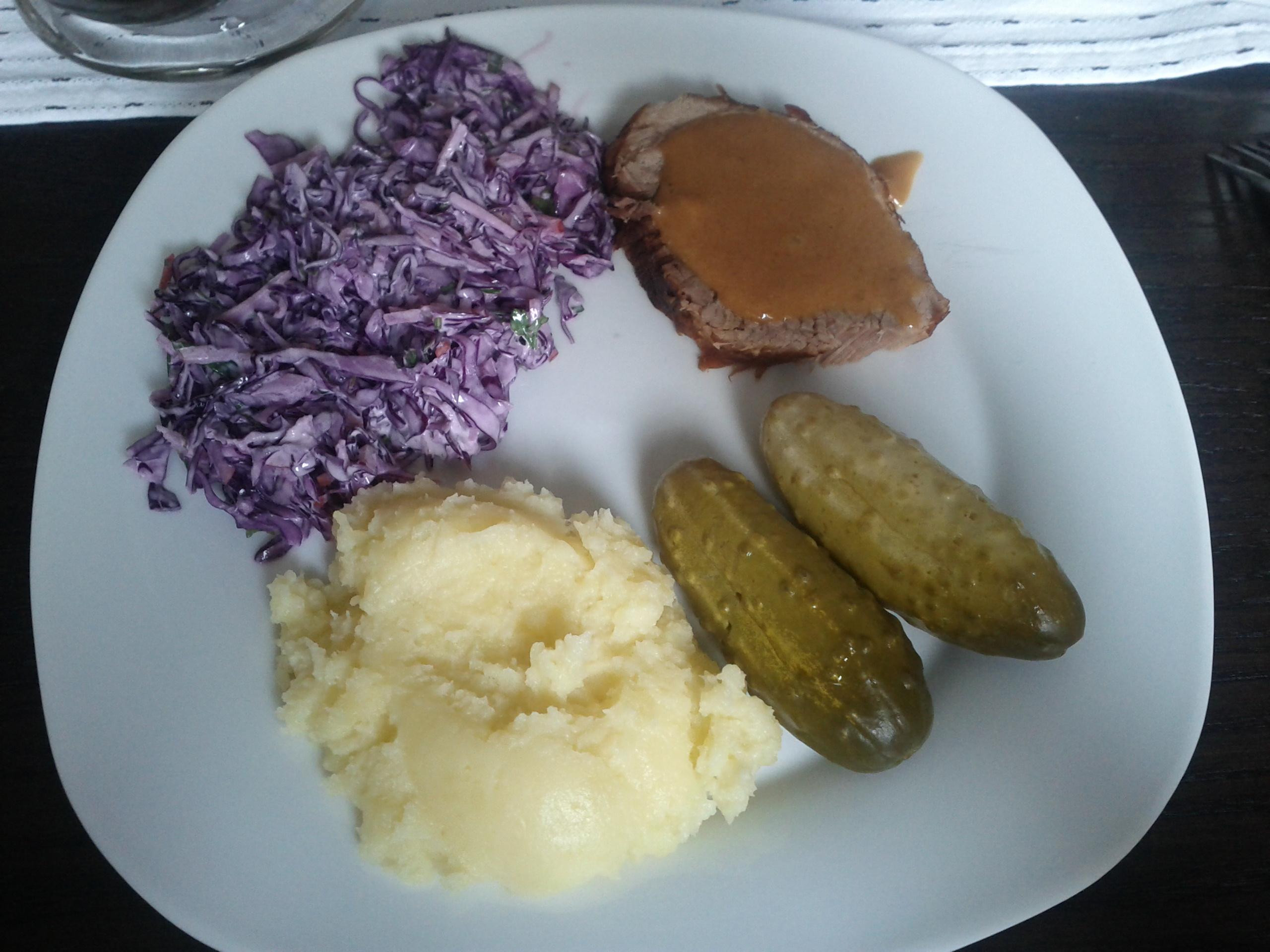 https://foodloader.net/bl1nk_2012-08-26_Braten__Kartoffeln__Kraut_und_Gurken.jpg