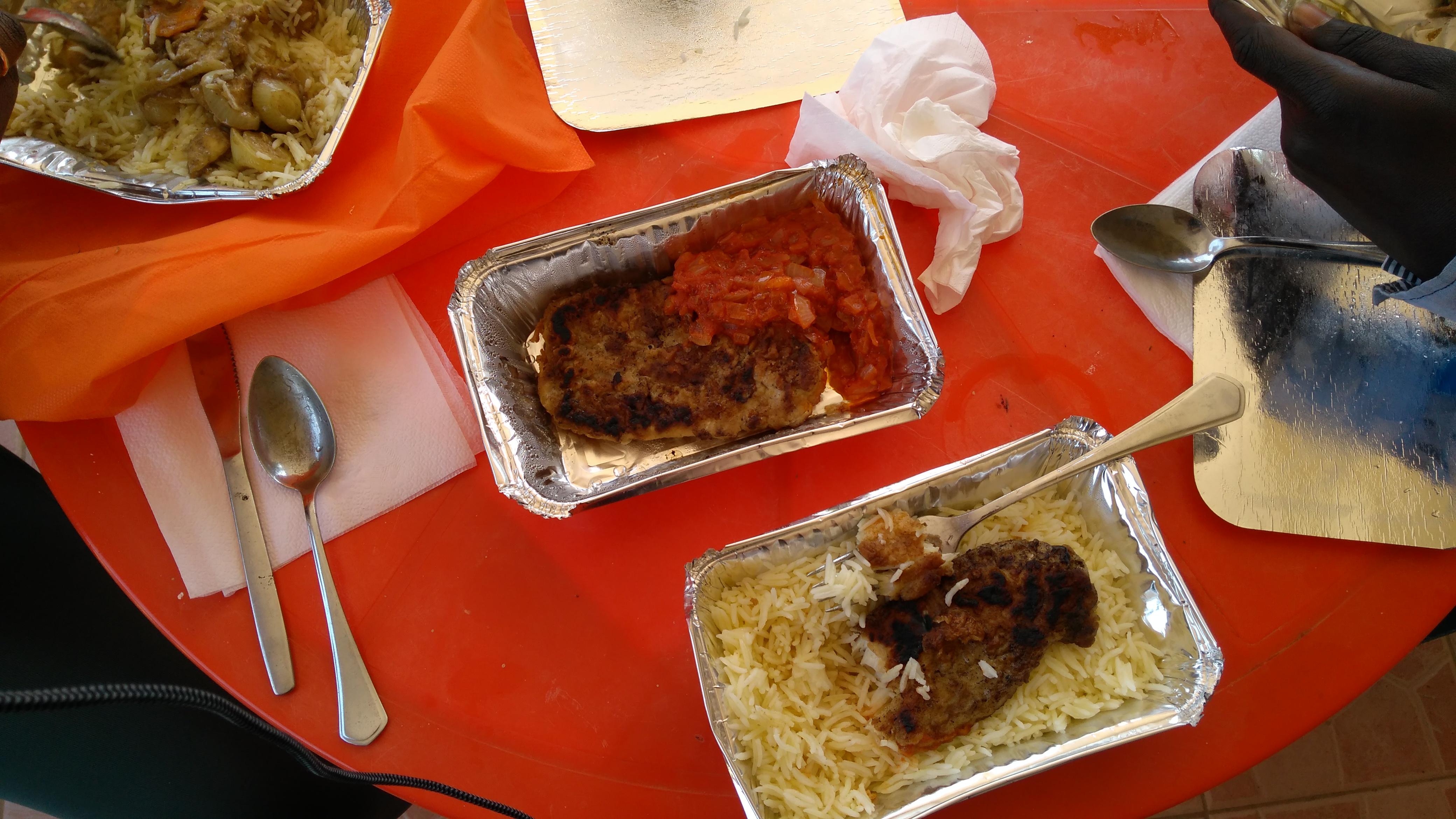 https://foodloader.net/blub_2017-03-26_Fischfilet_mit_Reis_und_Tomate-Zwiebel_Salat.jpg