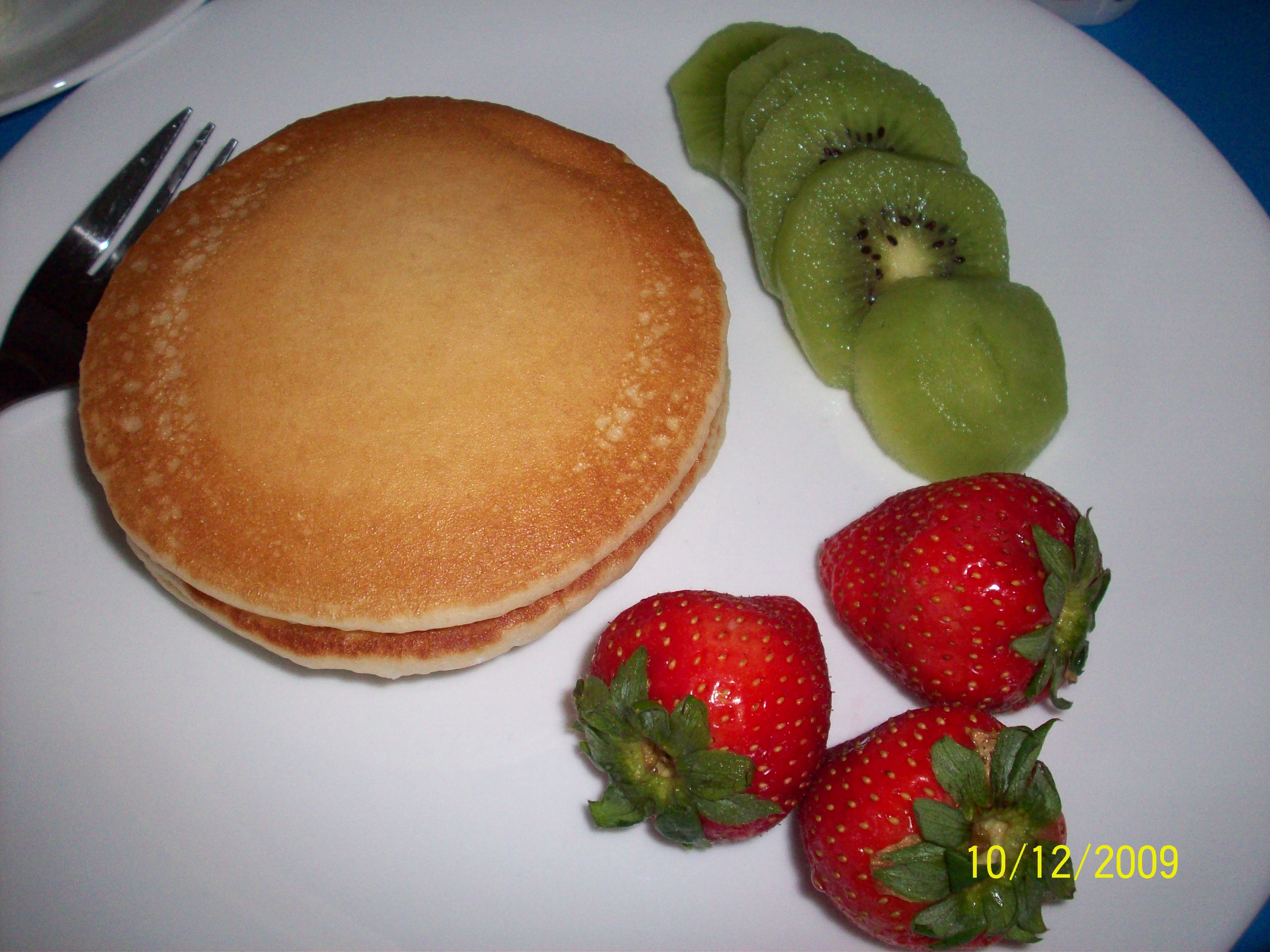 cutie • 2009-12-10 • Pancakes, Strawberries and Kiwi