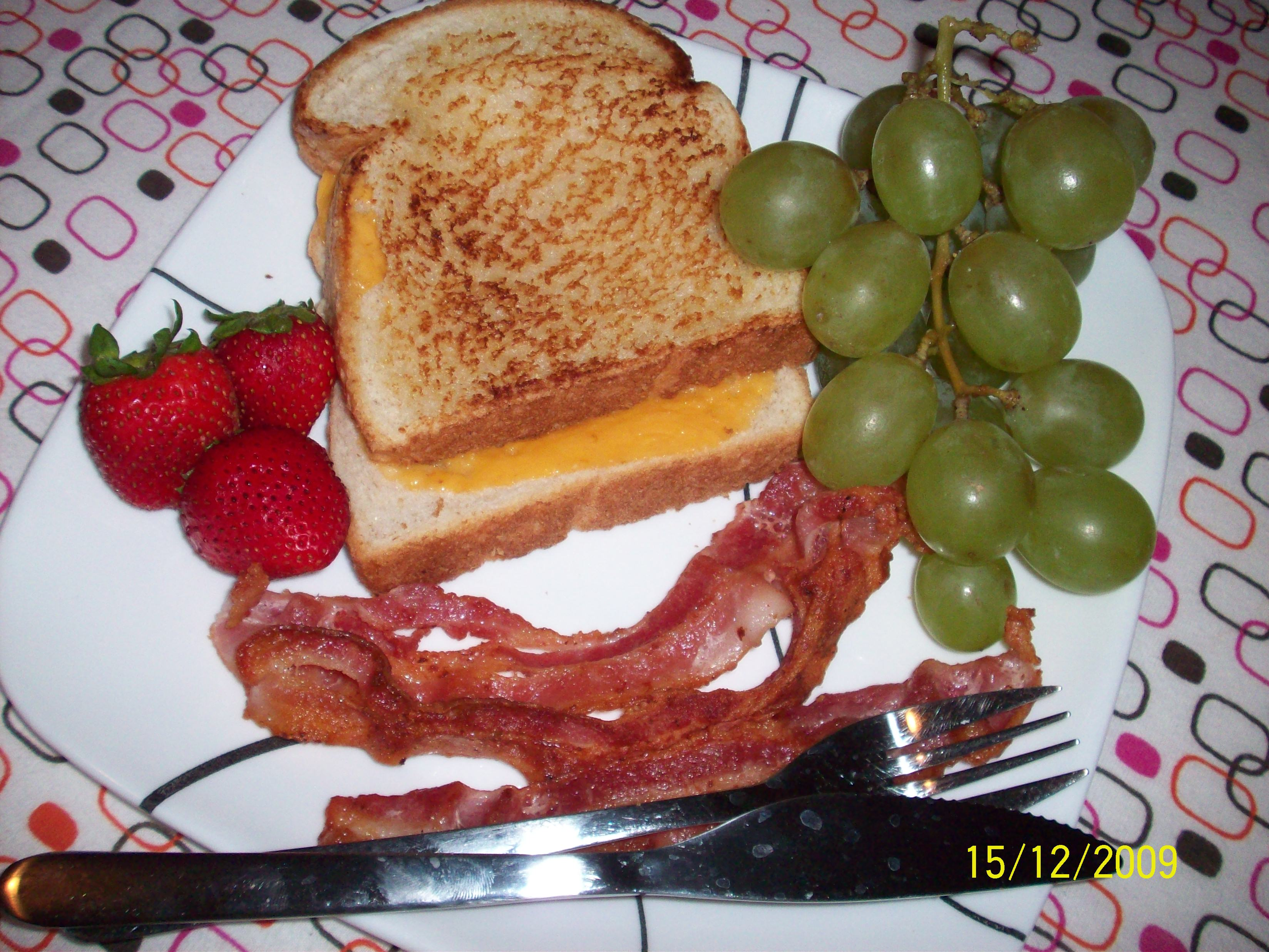 http://foodloader.net/cutie_2009-12-15_Toast__Bacon__Strawberries_and_Grapes.jpg