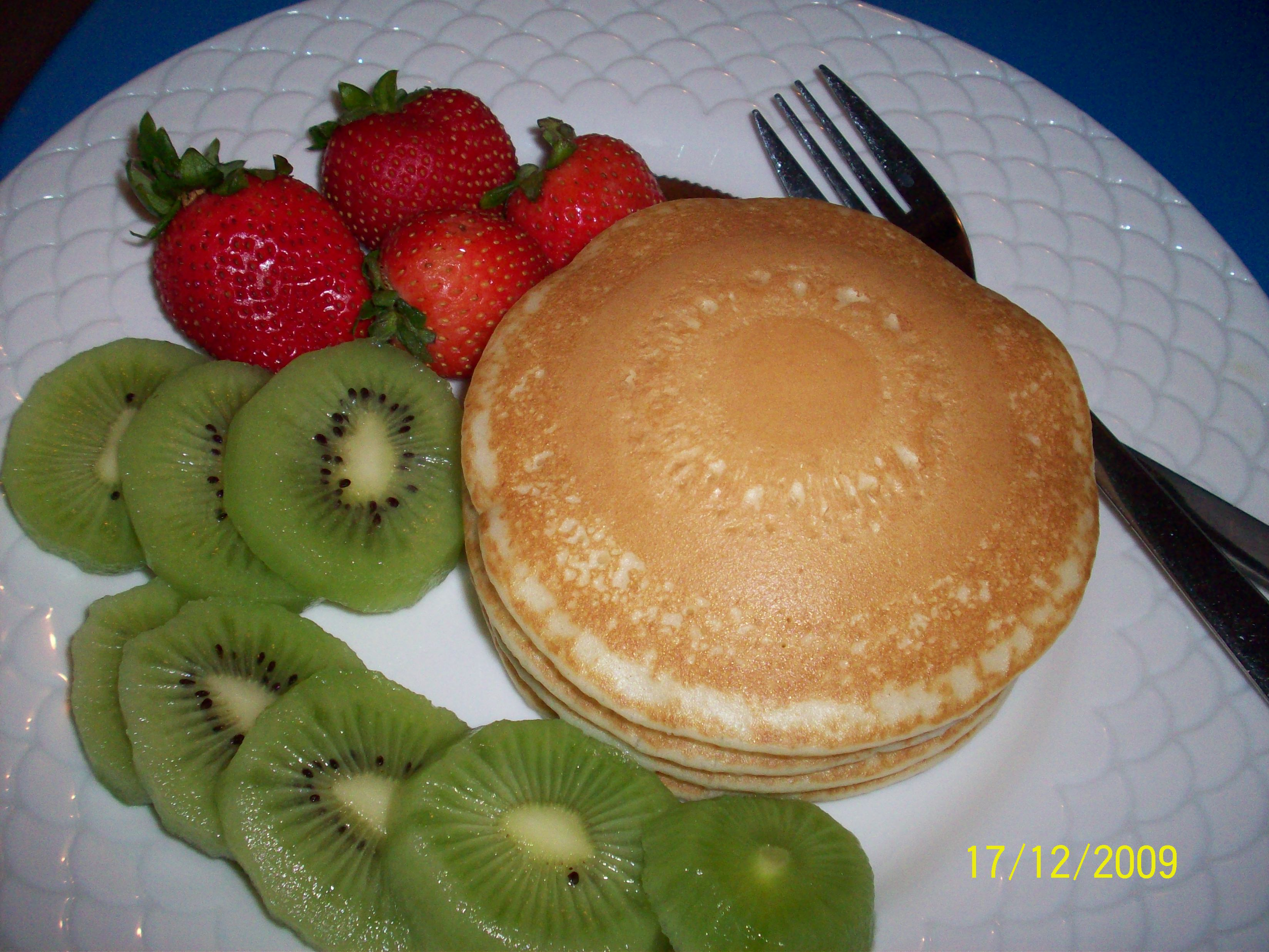 cutie • 2009-12-17 • Pancakes, Strawberries and Kiwi