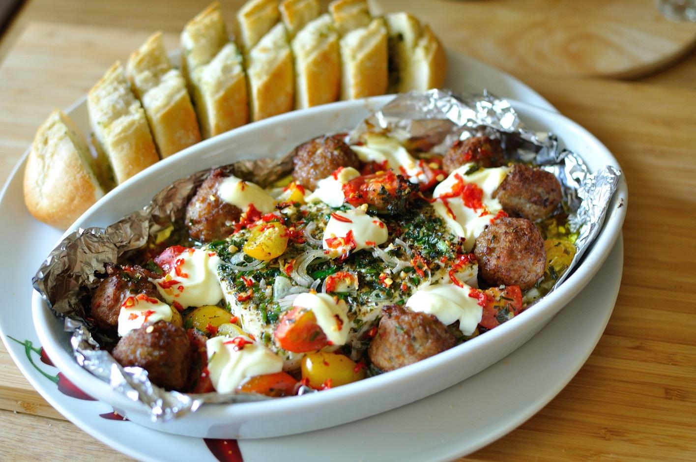 https://foodloader.net/dodo_2015-08-09_gebackener_feta_in_zwiebel-kr__utermarinade_mit_tomaten_und_fleischb__llche.jpg