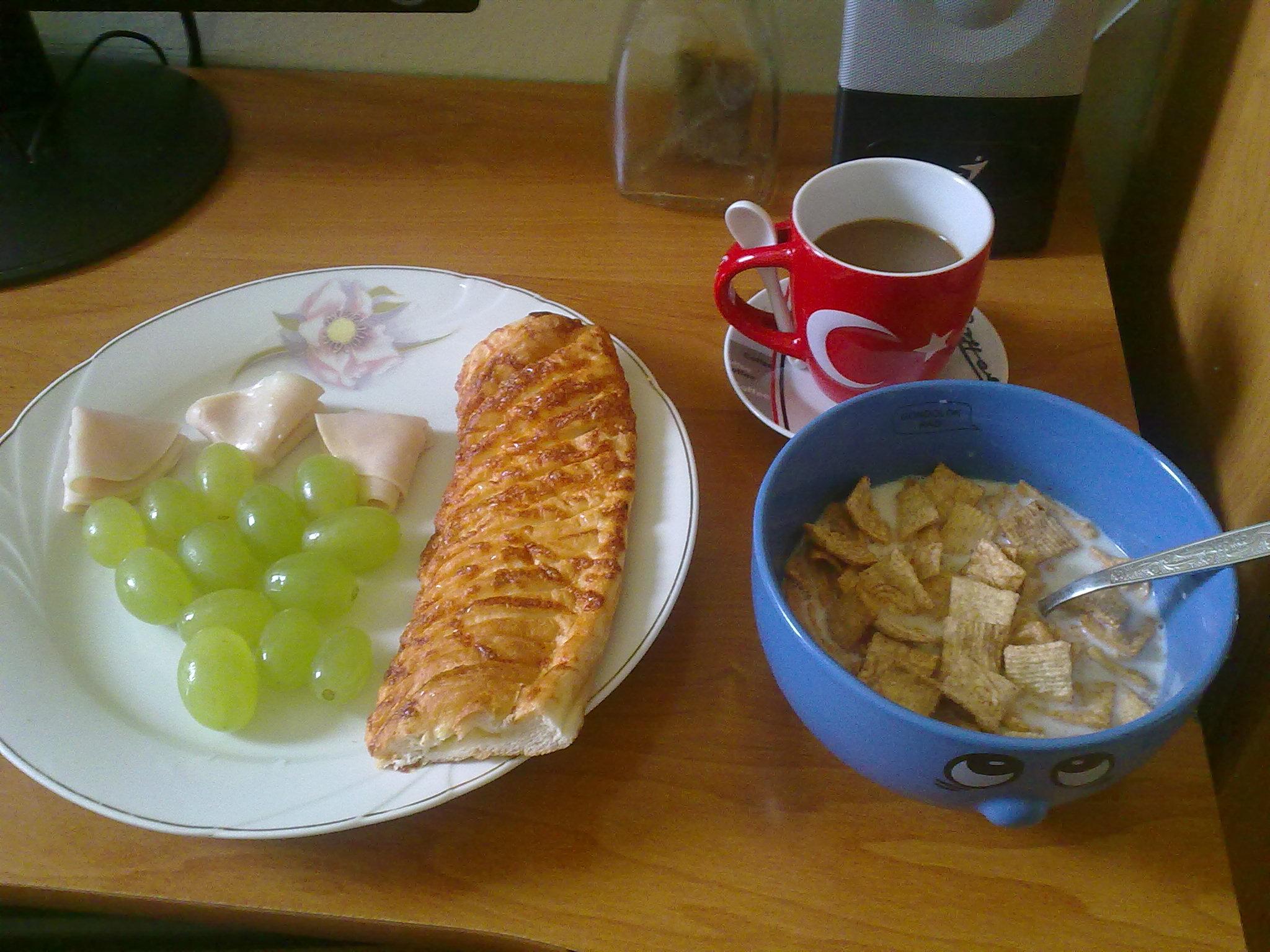 https://foodloader.net/glKz_2010-08-23_breakfastwithcoffee-cheessbag-grapes-ciniminis.jpg