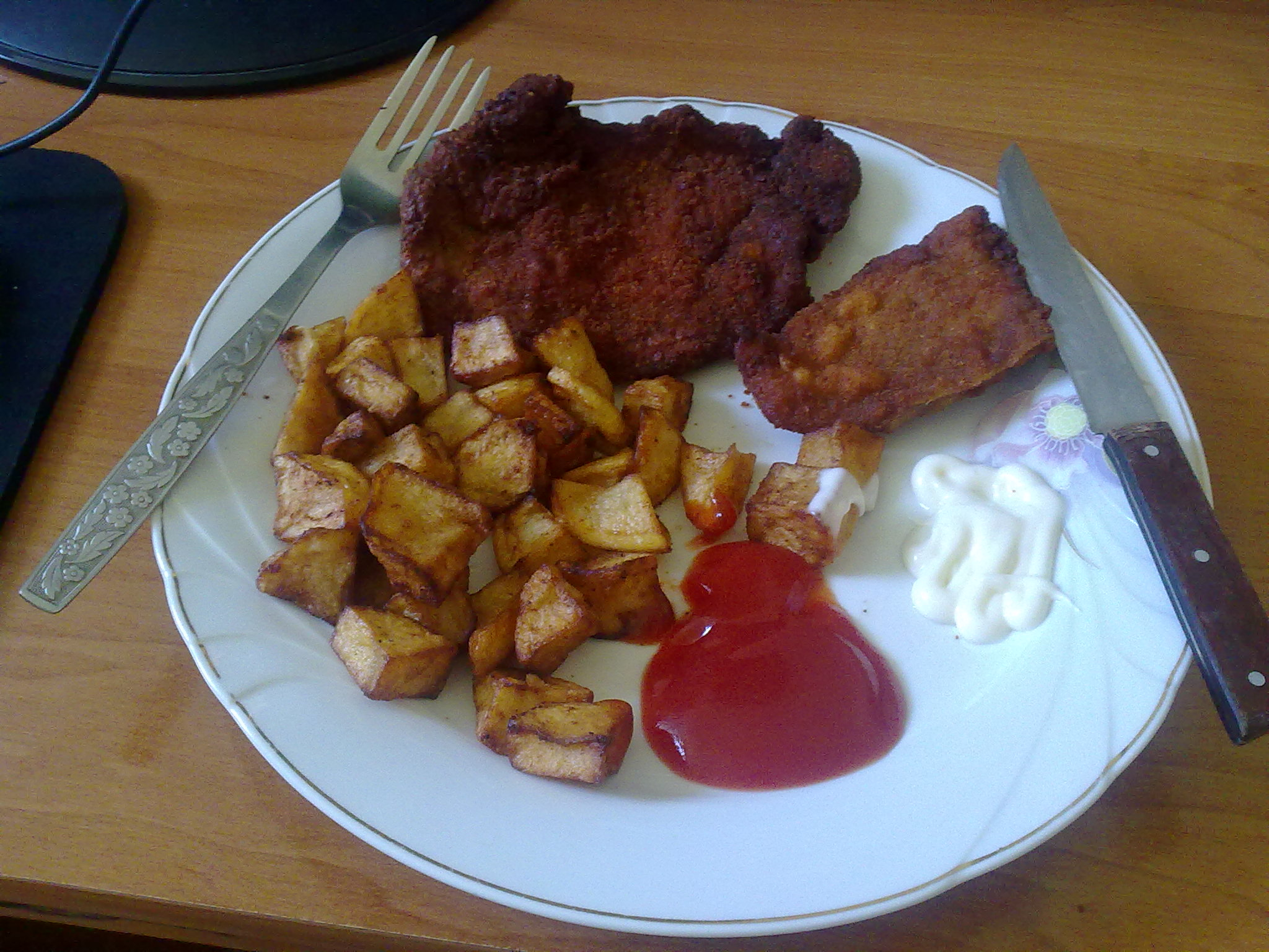 https://foodloader.net/glKz_2010-08-26_meat_in_crumbs_with_french_fries_&ketchup-mayonnai.jpg