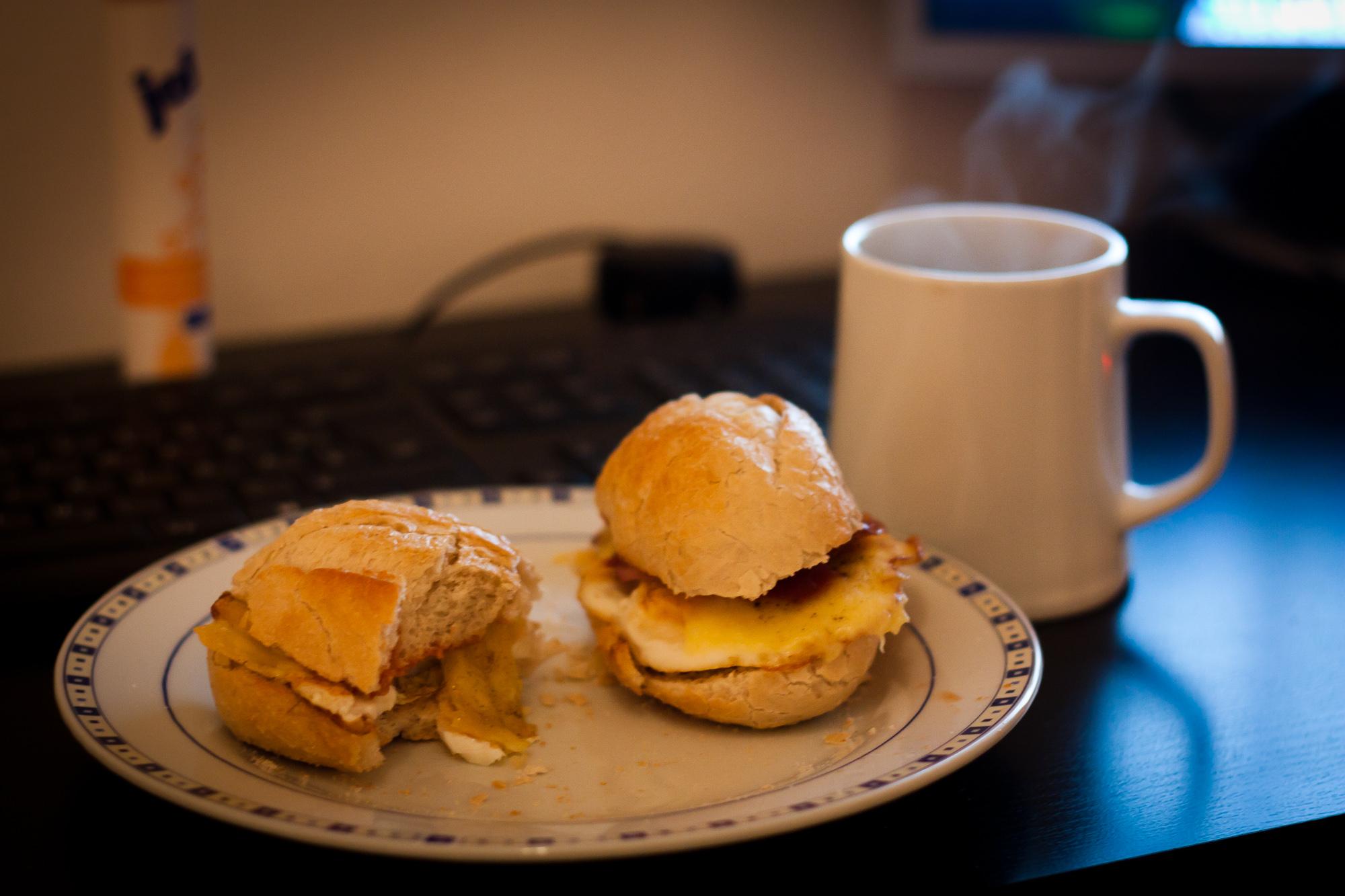 https://foodloader.net/henrik_2010-11-10_Breakfast__Fried_eggs__bacon__delicate_sauce_in_bu.jpg