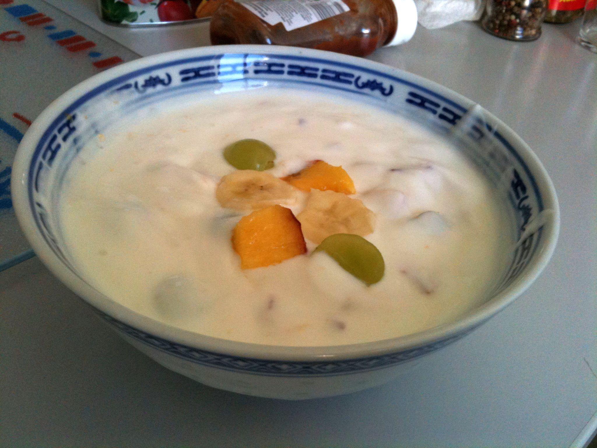 https://foodloader.net/nico_2011-06-28_bananen-pfirsich-trauben-joghurt.jpg
