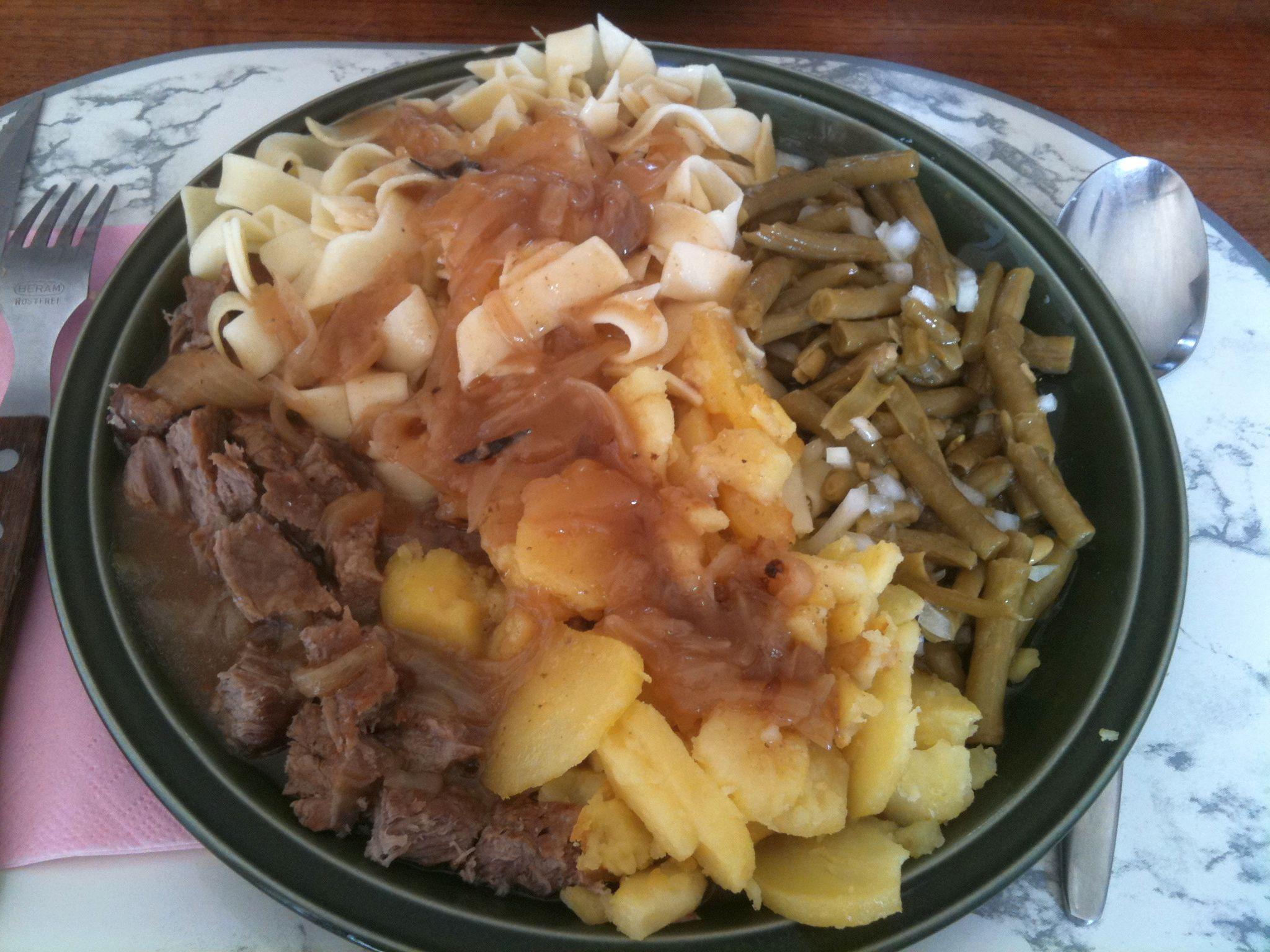 https://foodloader.net/nico_2011-08-17_rostbraten-bratkartoffeln-nudeln-bohnensalat.jpg