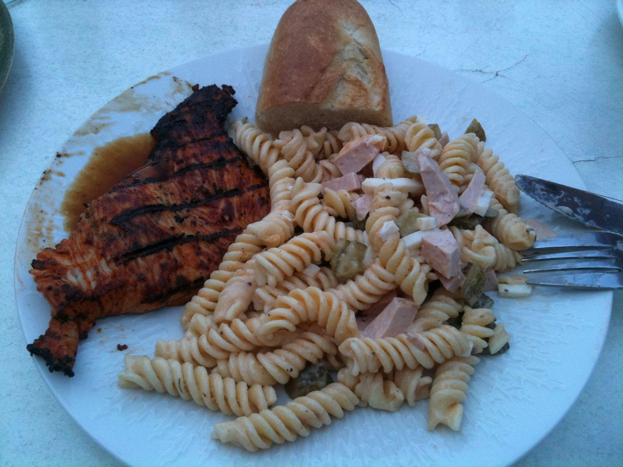 https://foodloader.net/nico_2011-08-22_putensteak-vom-grill-mit-nudelsalat-und-baguette.jpg