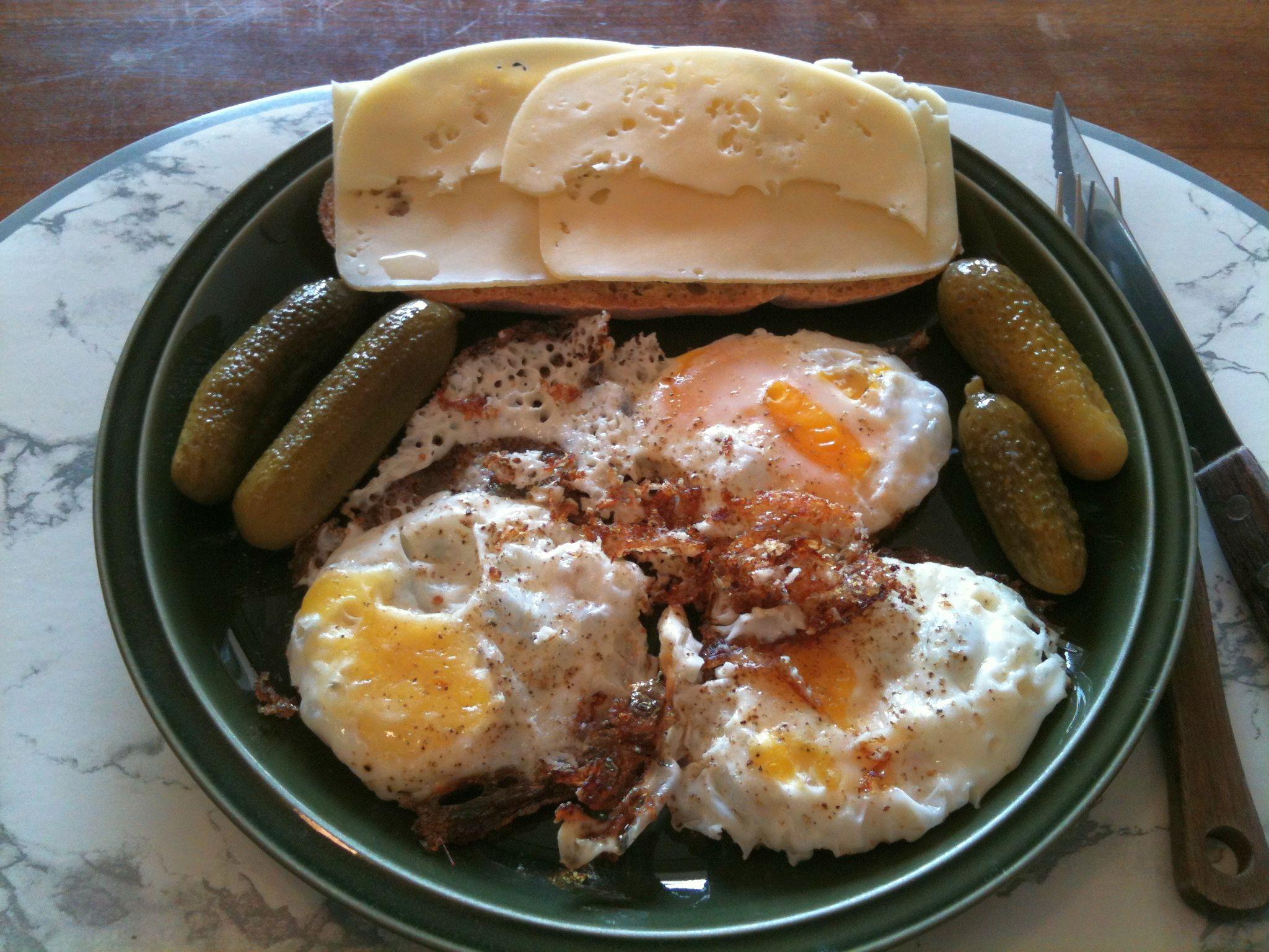 https://foodloader.net/nico_2011-10-16_spiegeleier-mit-kaesebrot-und-gewuerzgurken.jpg