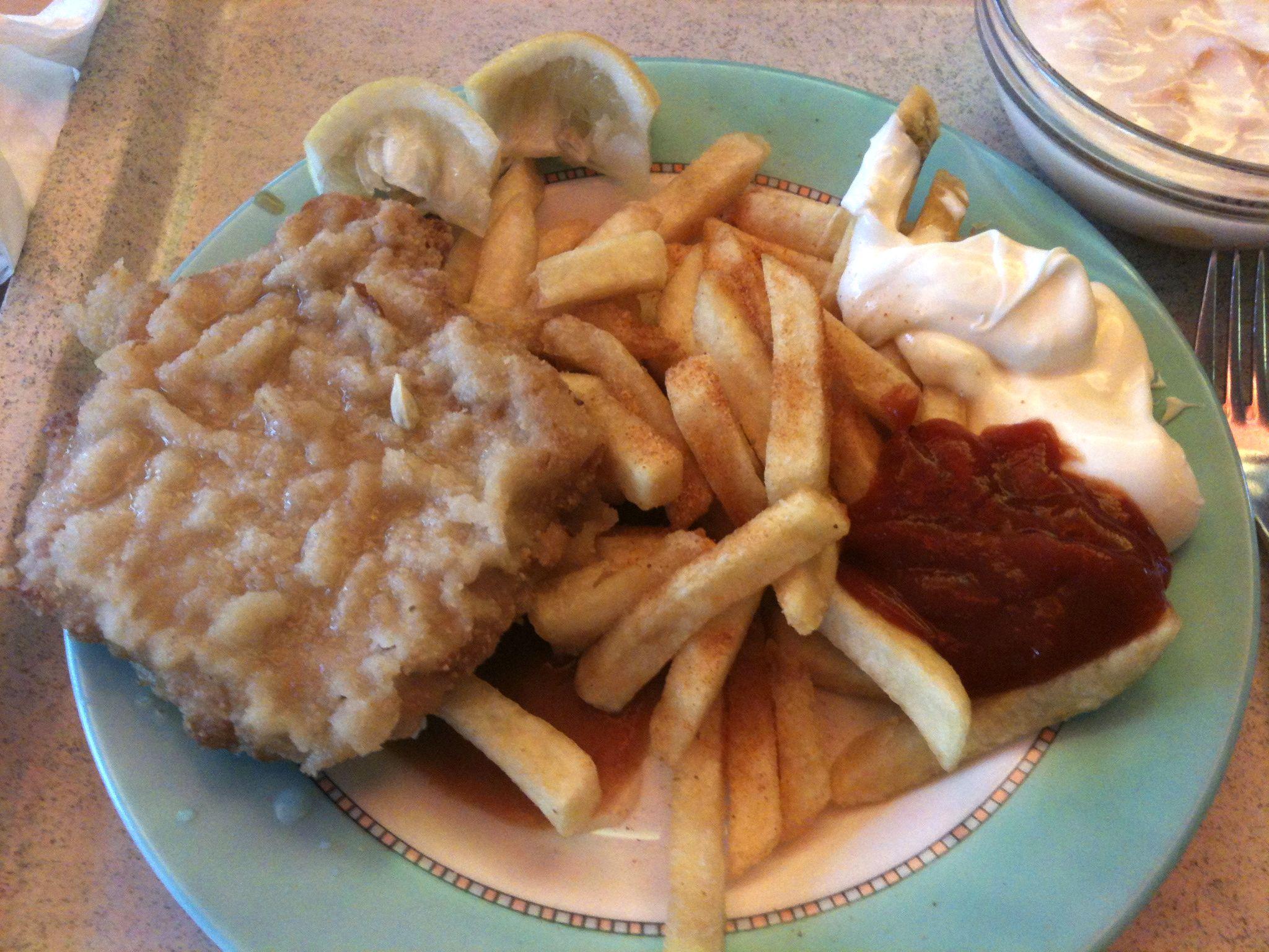 https://foodloader.net/nico_2011-11-07_paniertes-schnitzel-mit-pommes-frites.jpg