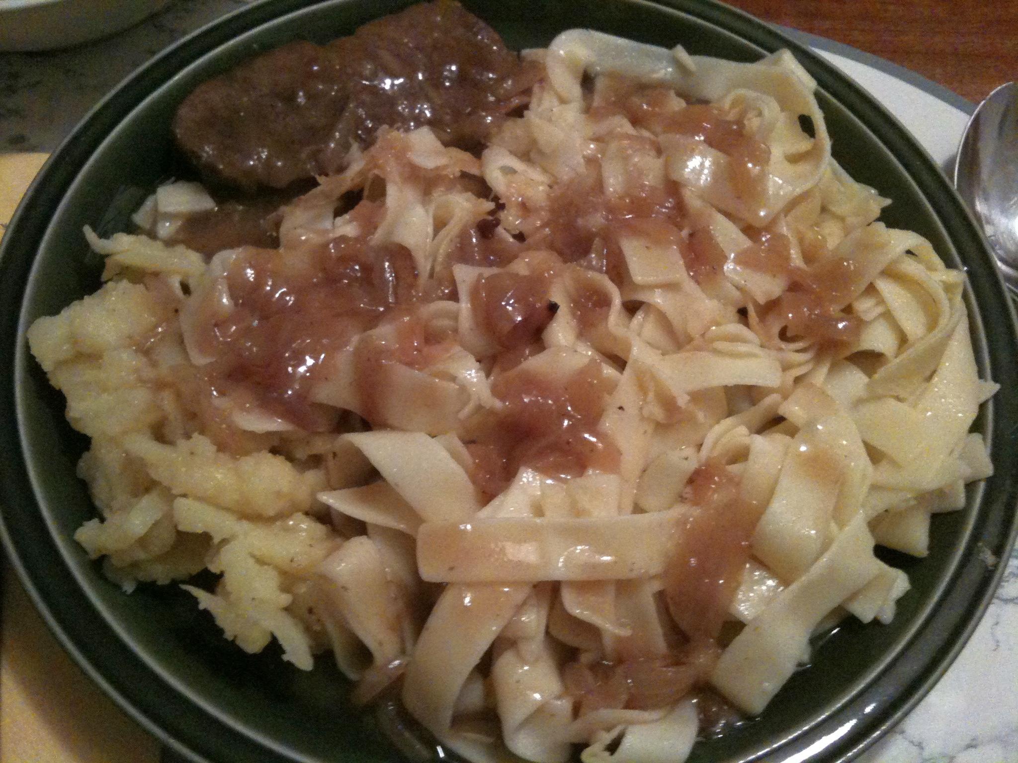 https://foodloader.net/nico_2011-12-21_rostbraten-mit-bratkartoffeln-und-nudeln.jpg
