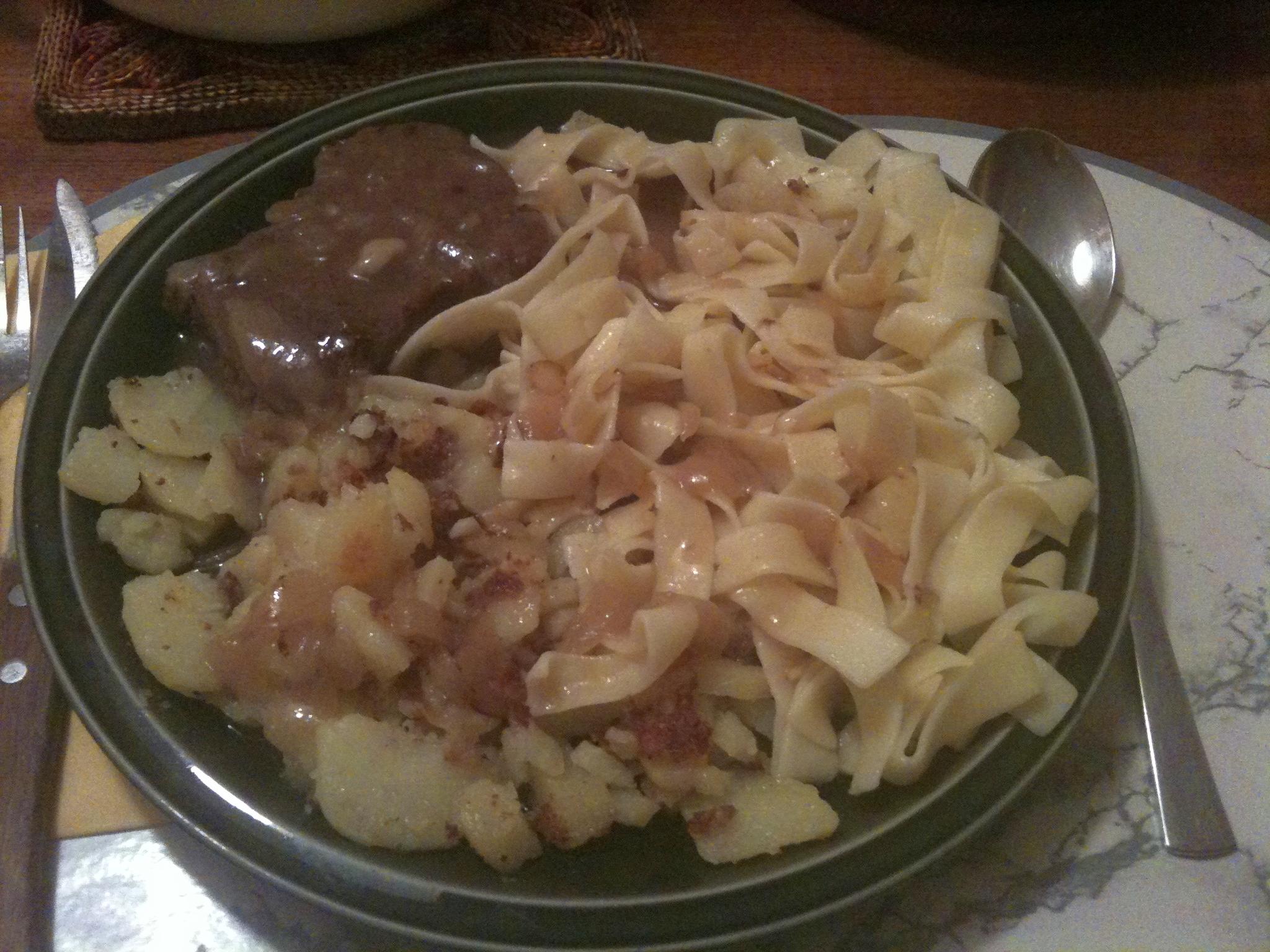 https://foodloader.net/nico_2012-01-11_rostbraten-mit-nudeln-und-bratkartoffeln.jpg