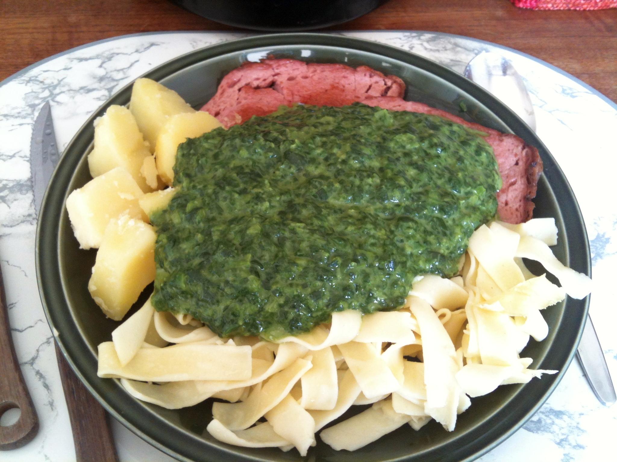 https://foodloader.net/nico_2012-08-29_spinat-mit-fleischkaese-kartoffeln-und-nudeln.jpg