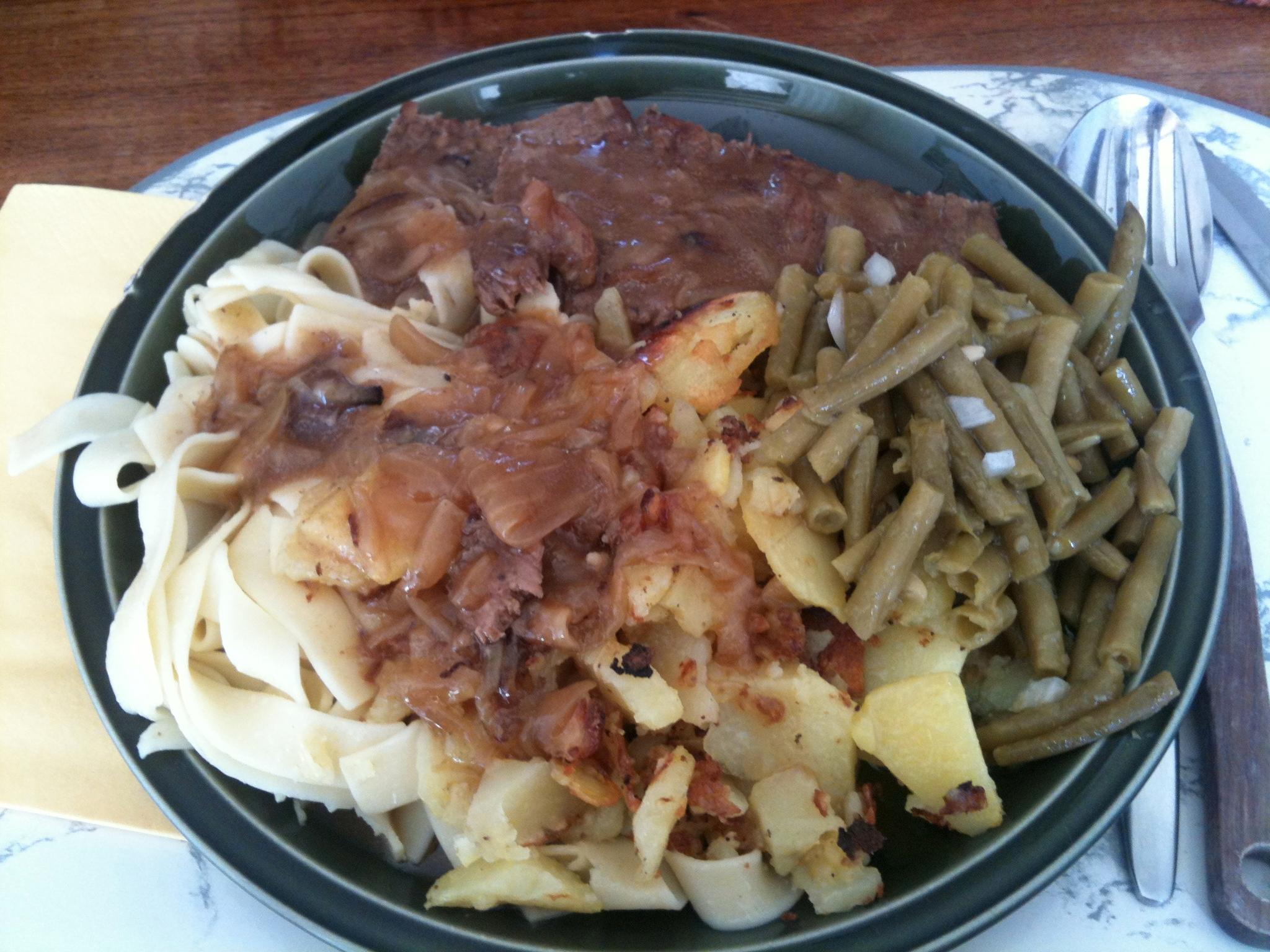 https://foodloader.net/nico_2012-09-14_rostbraten-bratkartoffeln-nudeln-bohnensalat.jpg