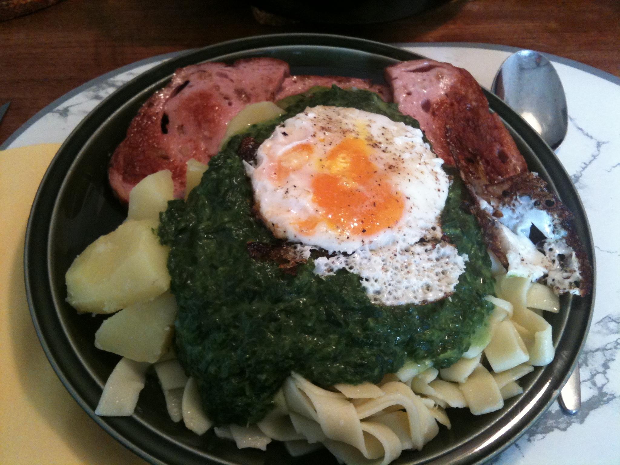 https://foodloader.net/nico_2012-10-10_zwiebelfleischkaese_spinat_kartoffeln_nudeln_spiegelei.jpg