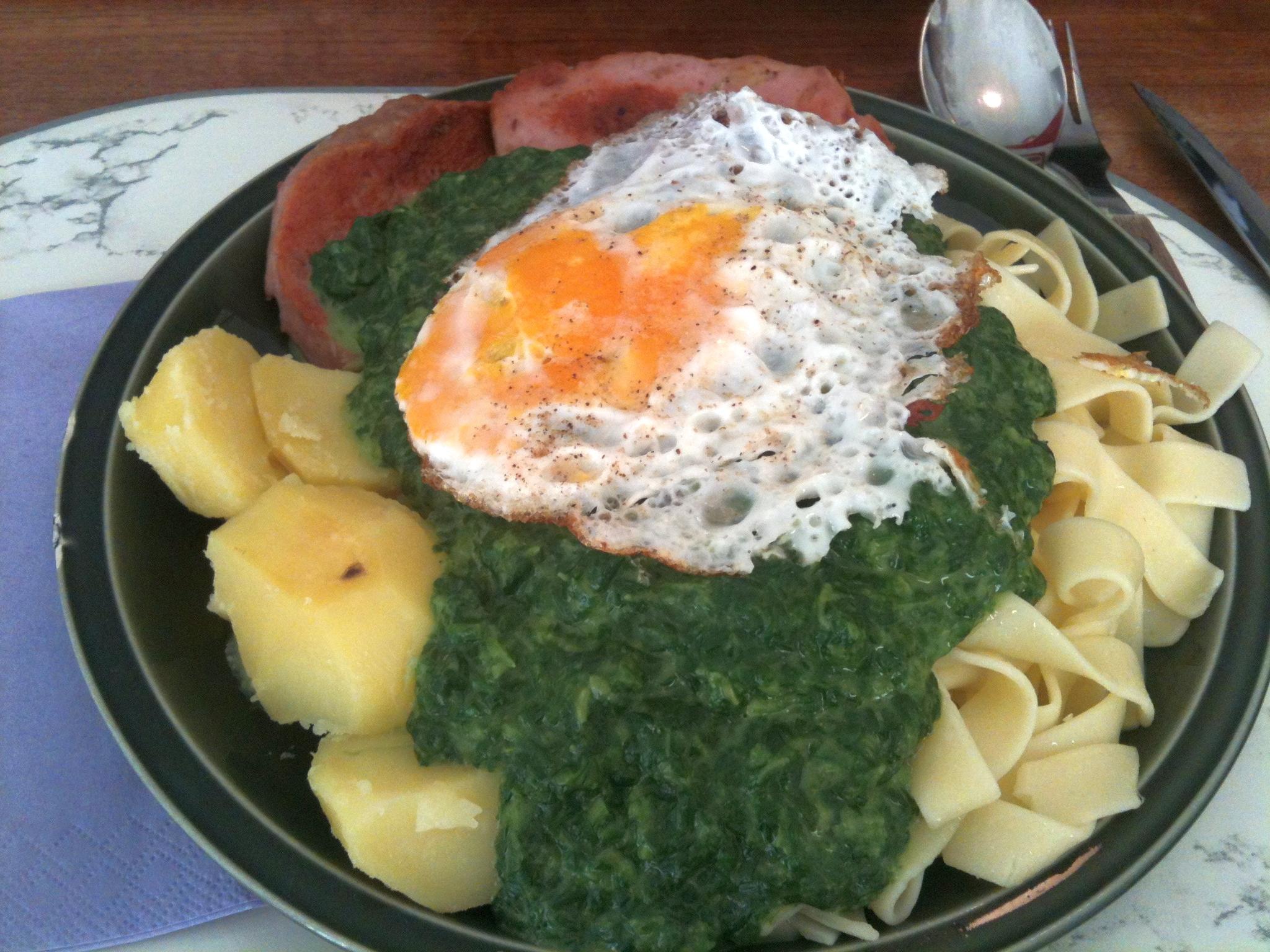 https://foodloader.net/nico_2012-11-21_spinat-zwiebelfleischkaese-kartoffeln-nudeln-spiegelei.jpg
