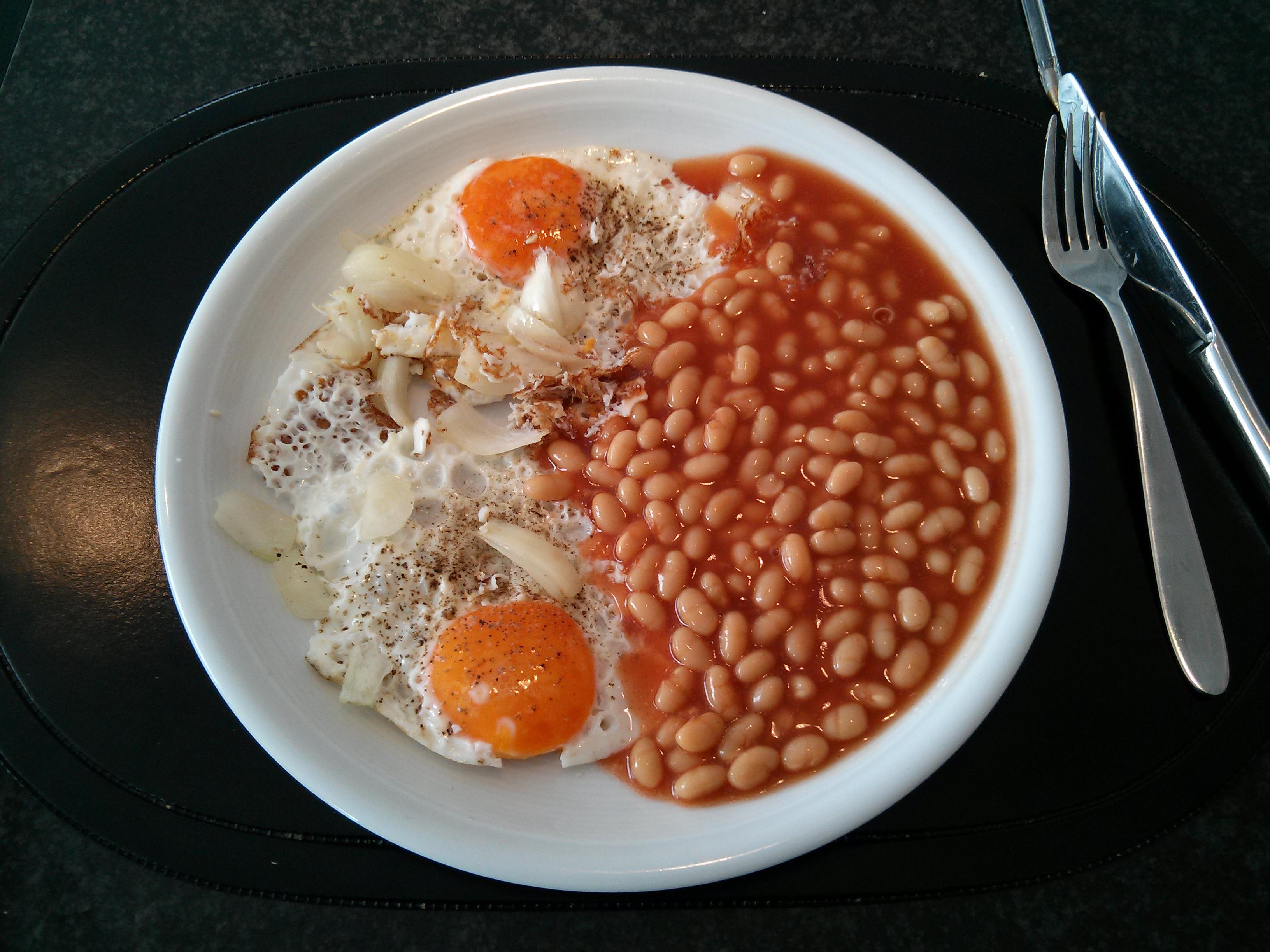 https://foodloader.net/nico_2013-03-25_spiegeleier-mit-gebackenen-bohnen-in-tomatensauce.jpg