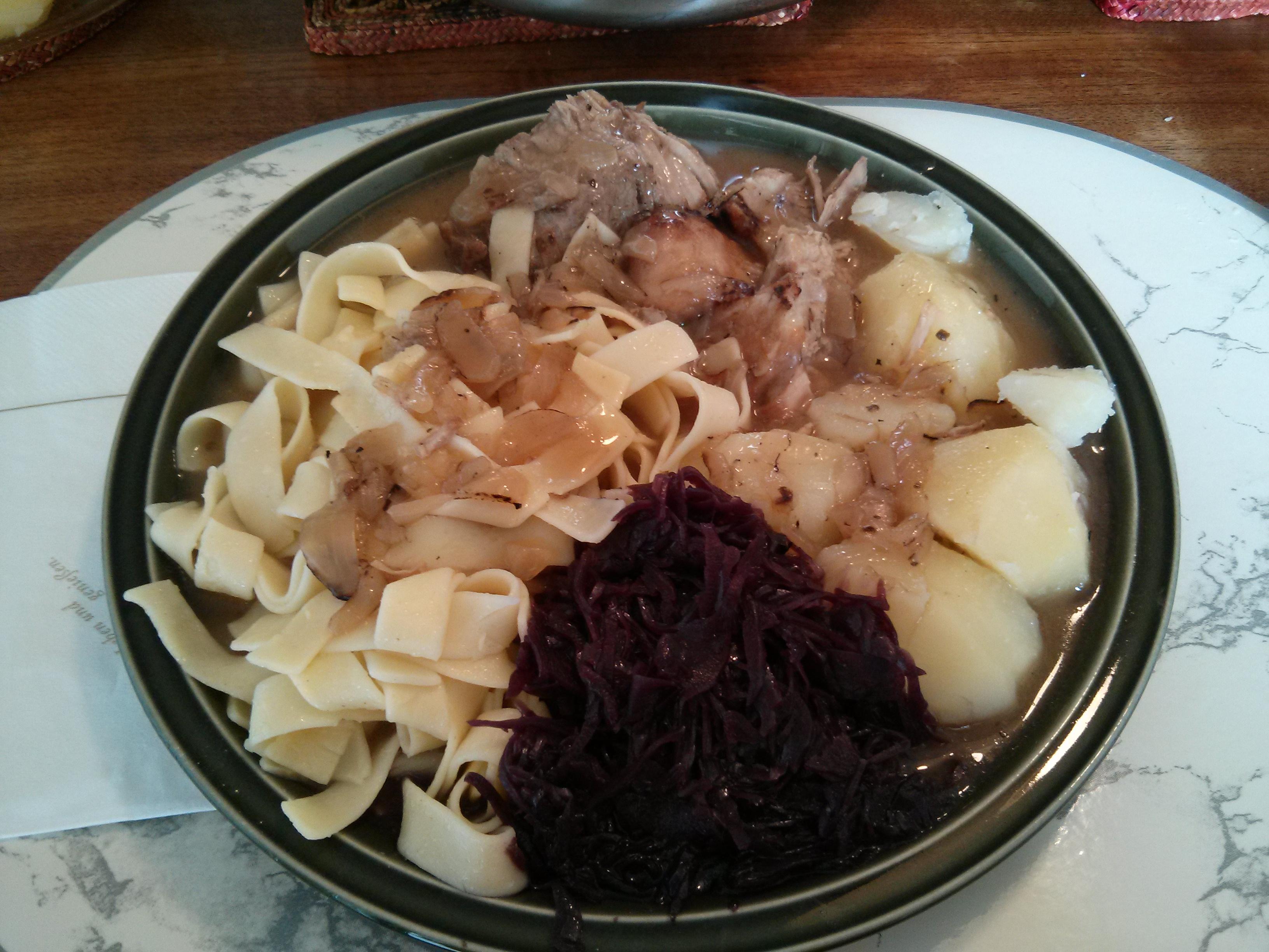 http://foodloader.net/nico_2013-06-05_schweinebraten-mit-nudeln-kartoffeln-und-rotkraut.jpg