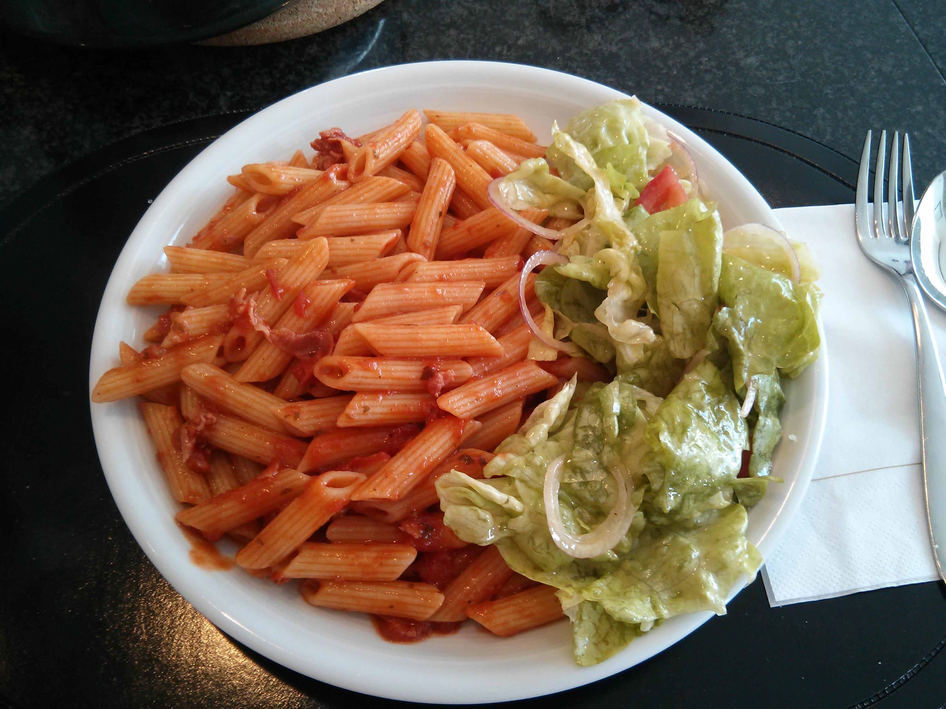 https://foodloader.net/nico_2013-06-09_penne-arrabiata-mit-schinken-und-salat.jpg