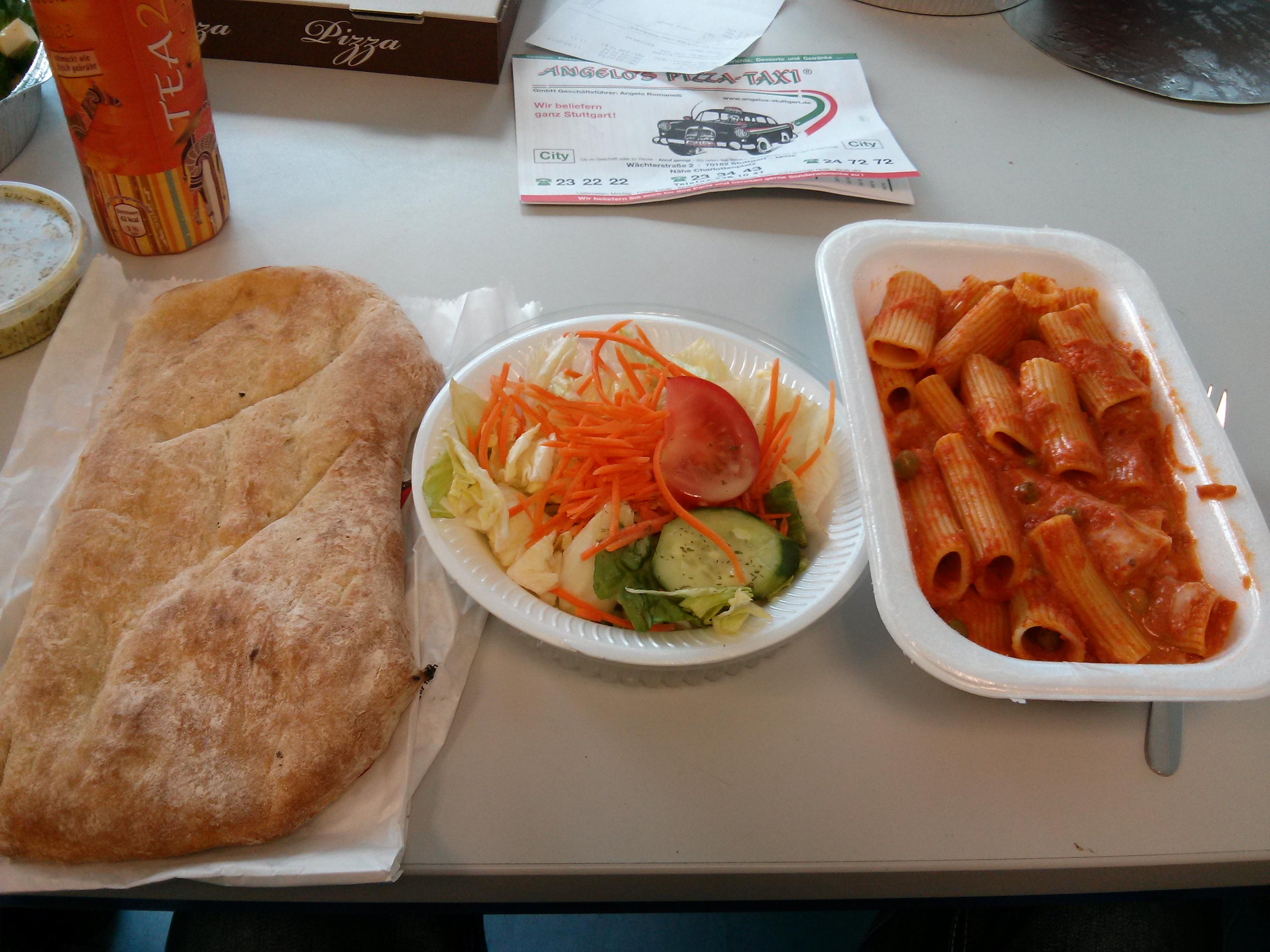 https://foodloader.net/nico_2013-07-11_rigatoni-mit-tomaten-erbesen-moozarella-sauce-mit-brot-und-salat.jpg